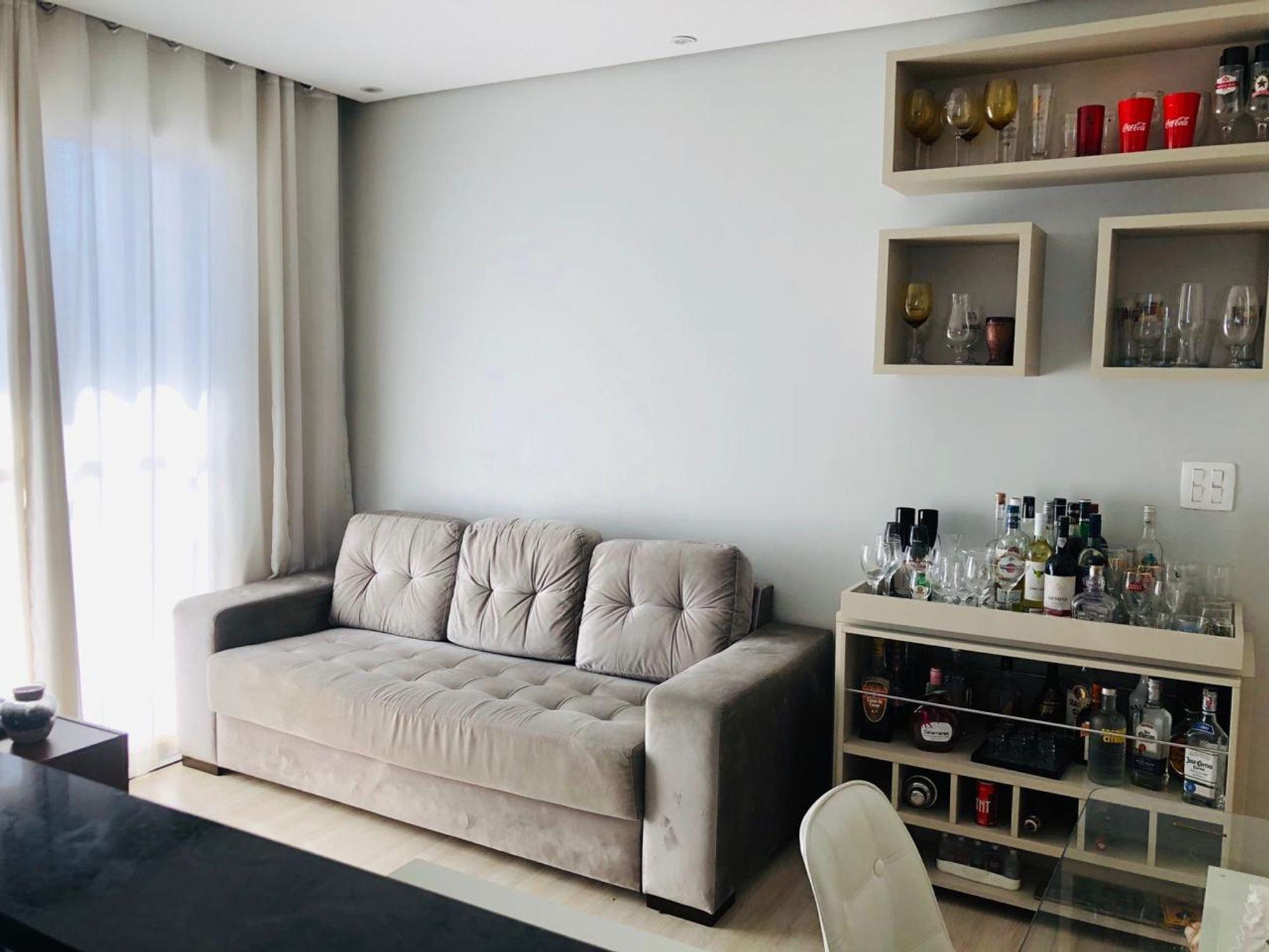 Foto de Sala com copo de vinho, sofá, garrafa, cadeira, xícara