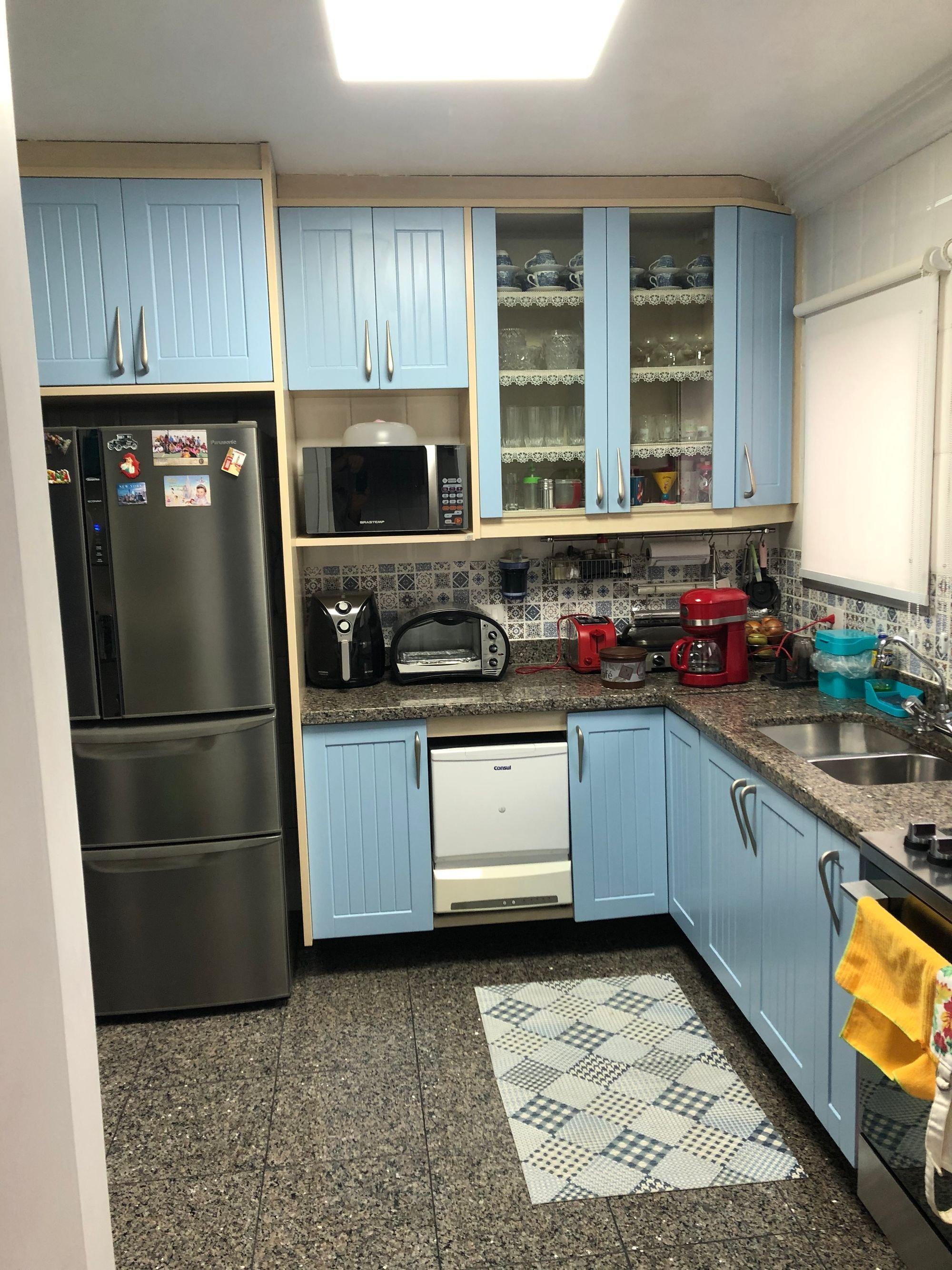 Foto de Cozinha com tigela, geladeira, torradeira, pia, microondas, xícara