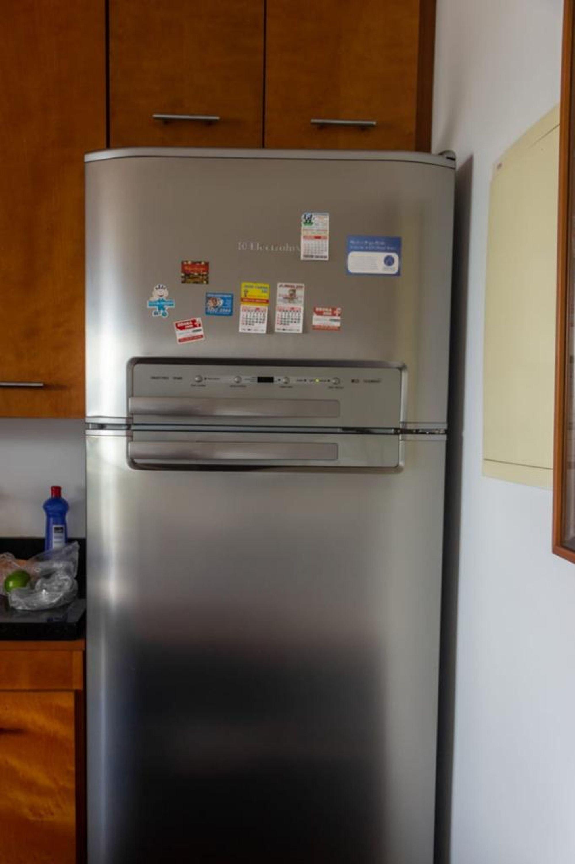 Foto de Cozinha com geladeira, garrafa