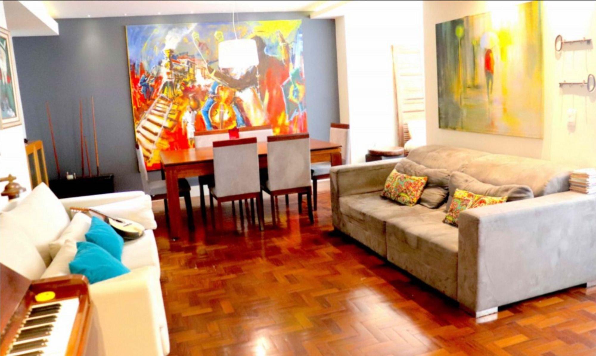 Foto de Sala com sofá, cadeira, mesa de jantar