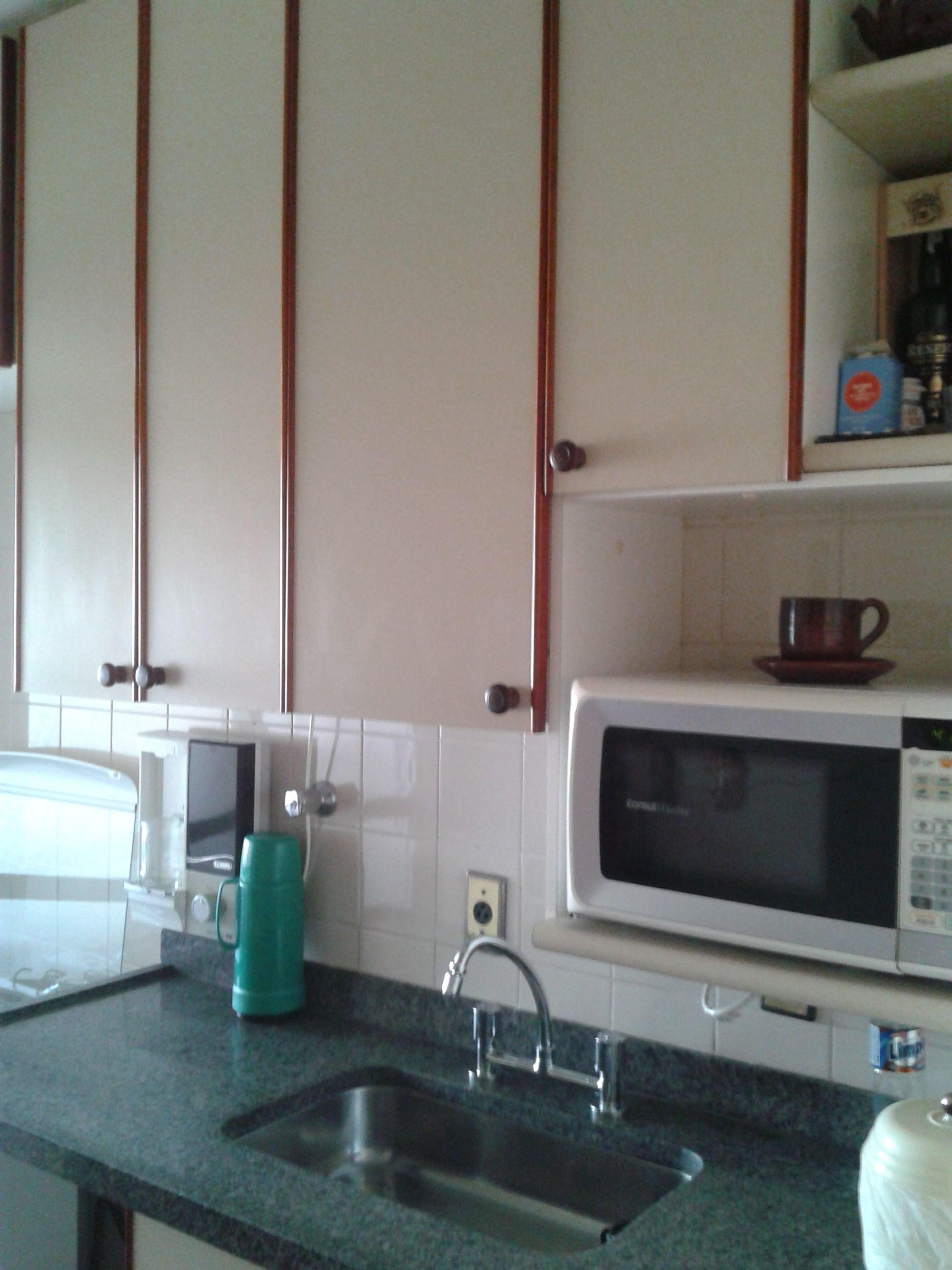Foto de Cozinha com pia, microondas, xícara