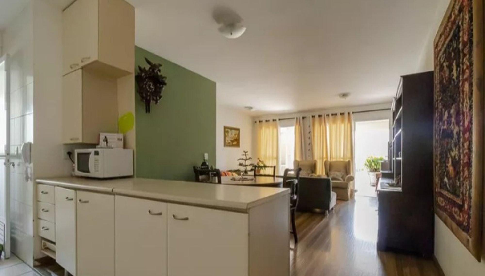 Foto de Cozinha com vaso de planta, cadeira, microondas