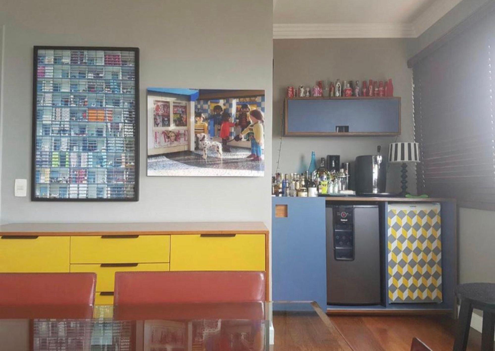 Foto de Sala com cadeira, garrafa, xícara