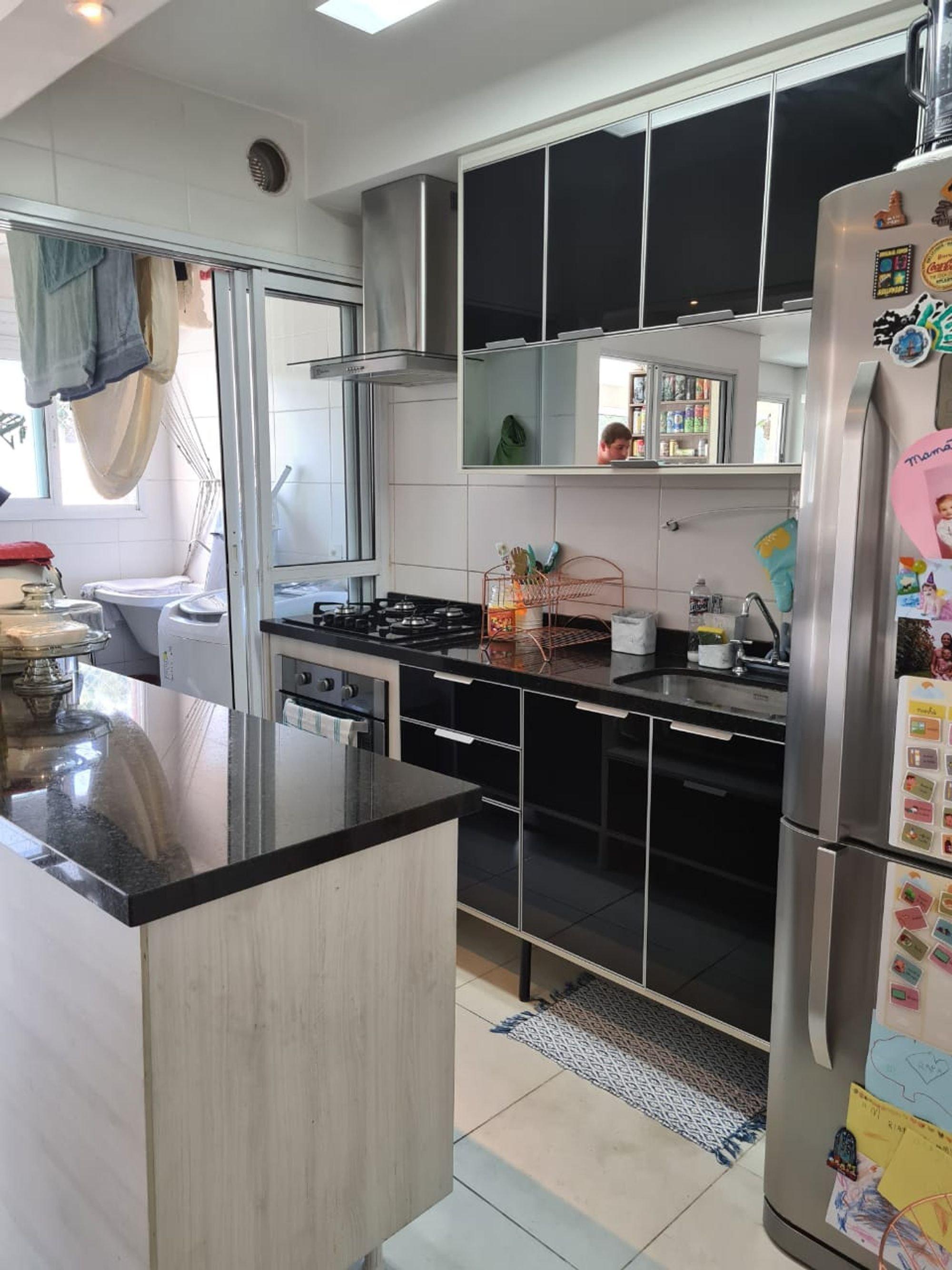 Foto de Cozinha com forno, geladeira, pessoa, pia