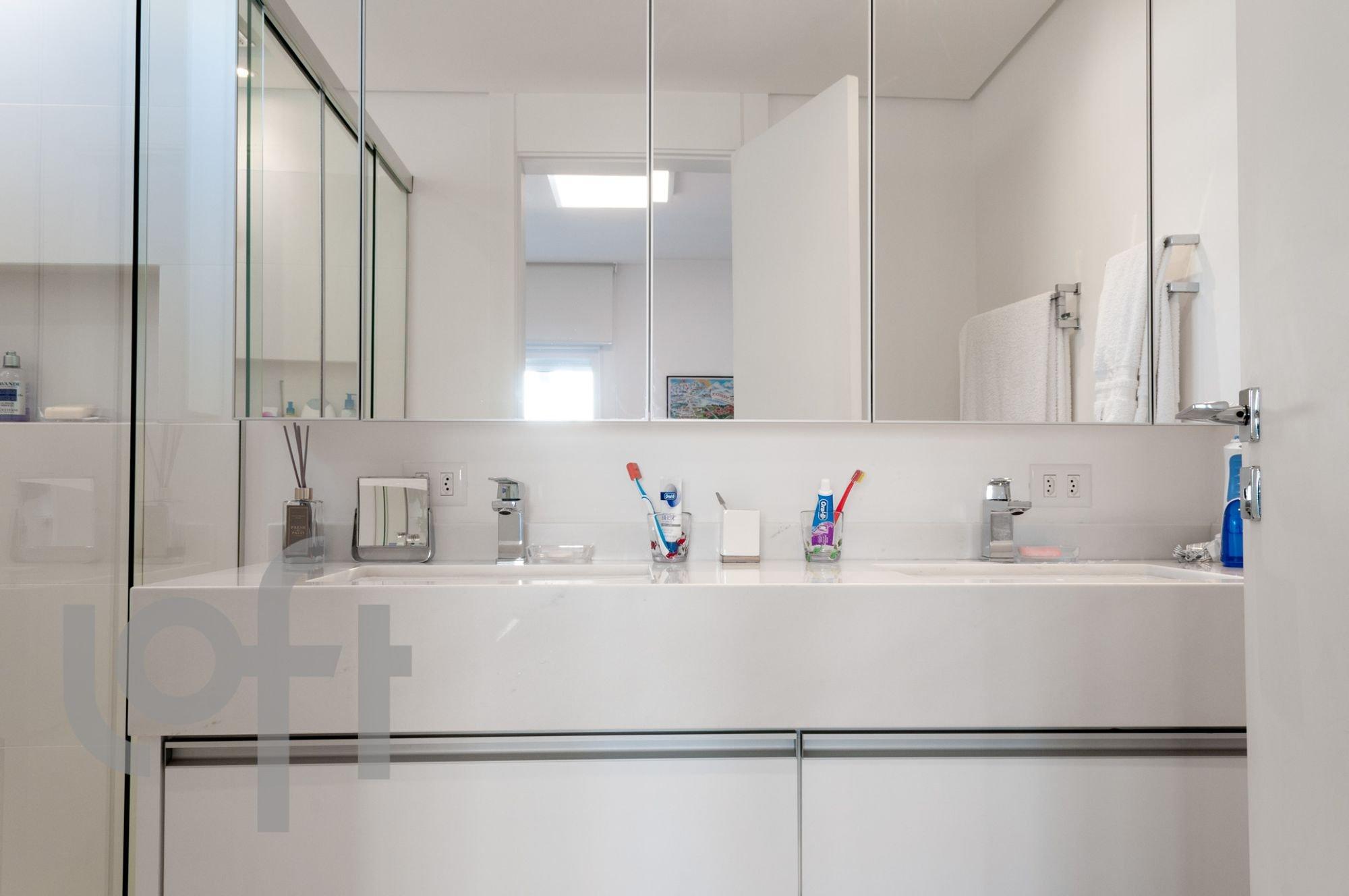 Foto de Banheiro com escova de dente