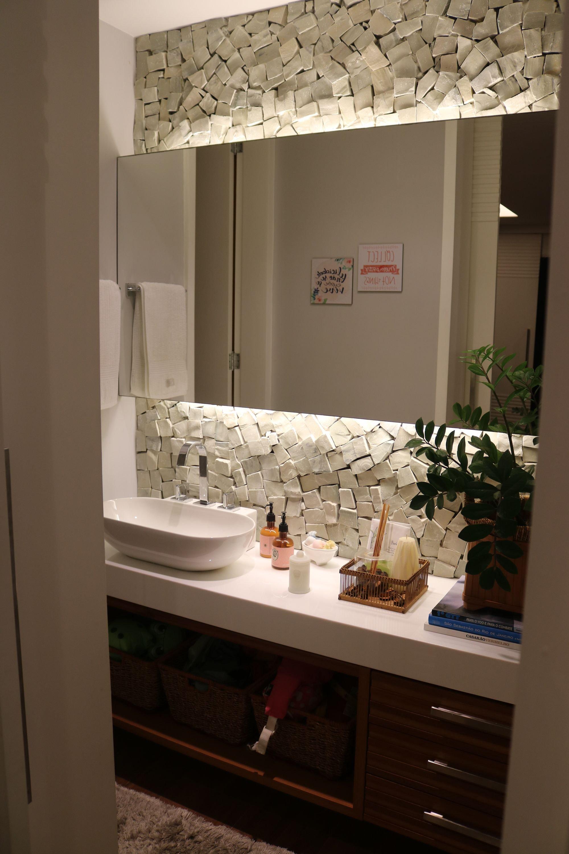 Foto de Banheiro com tigela, pia, garrafa