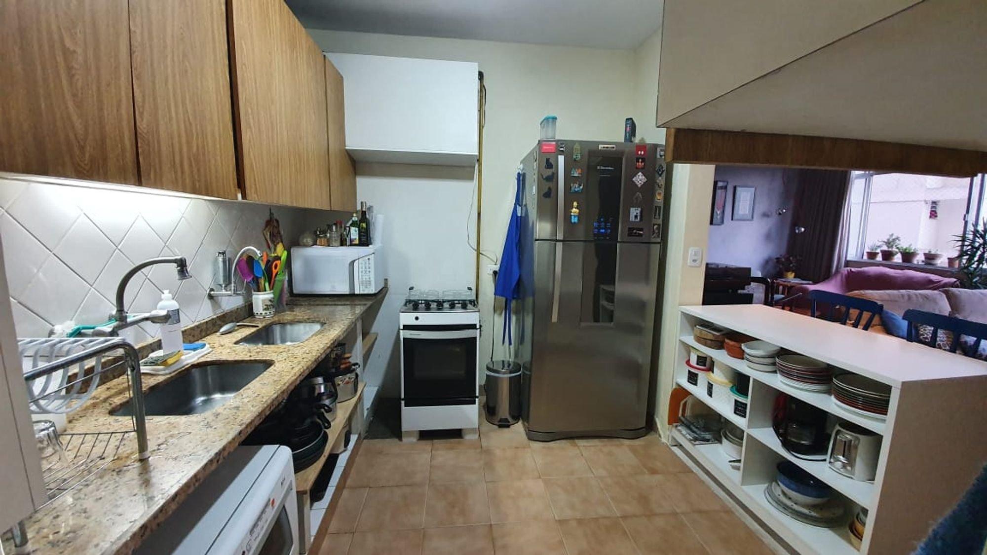 Foto de Cozinha com garrafa, forno, tigela, geladeira, pia, cadeira