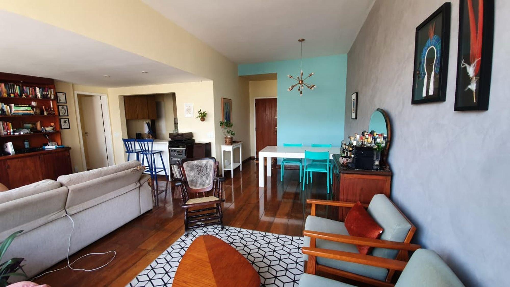 Foto de Sala com vaso de planta, sofá, cadeira, livro