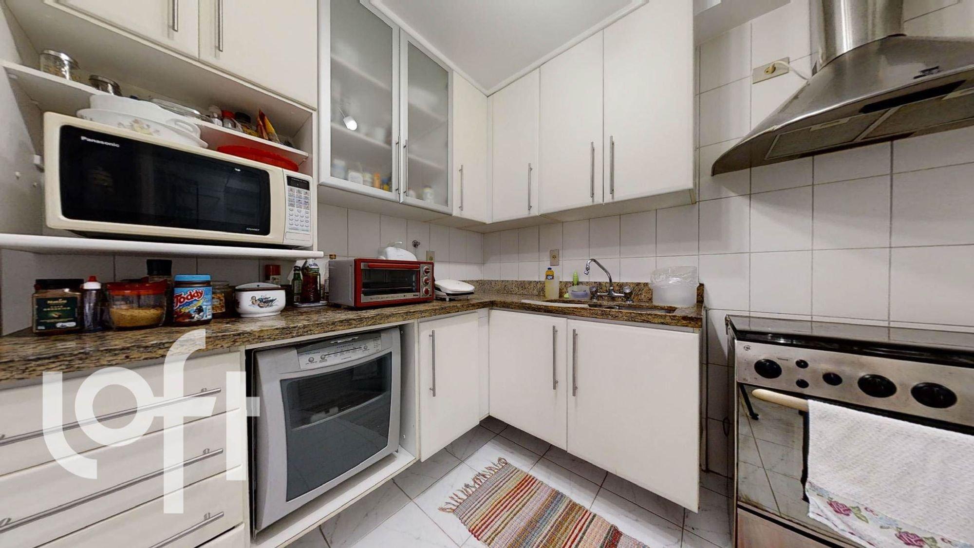 Foto de Cozinha com garrafa, forno, microondas, xícara