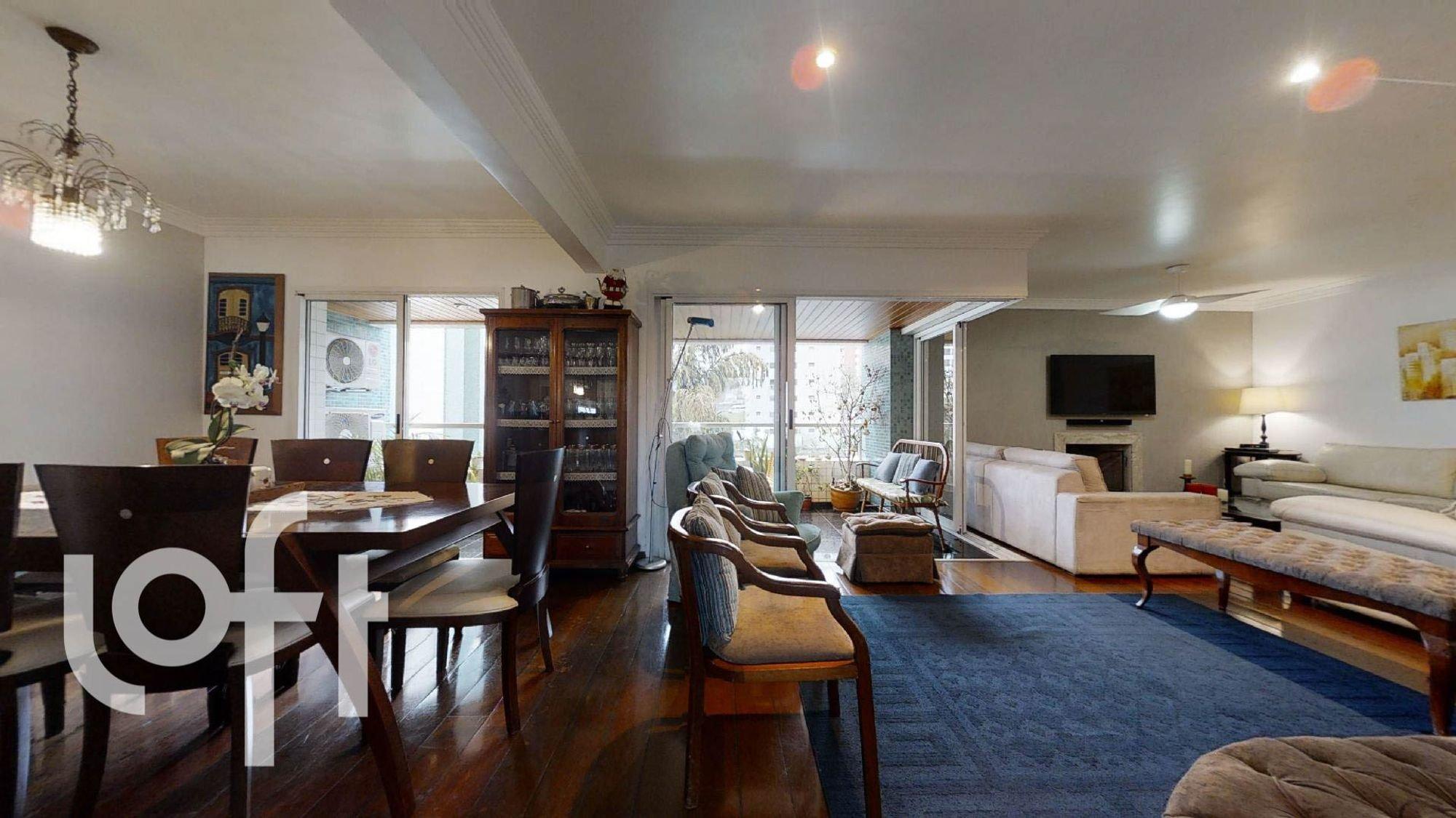 Foto de Sala com copo de vinho, sofá, televisão, cadeira