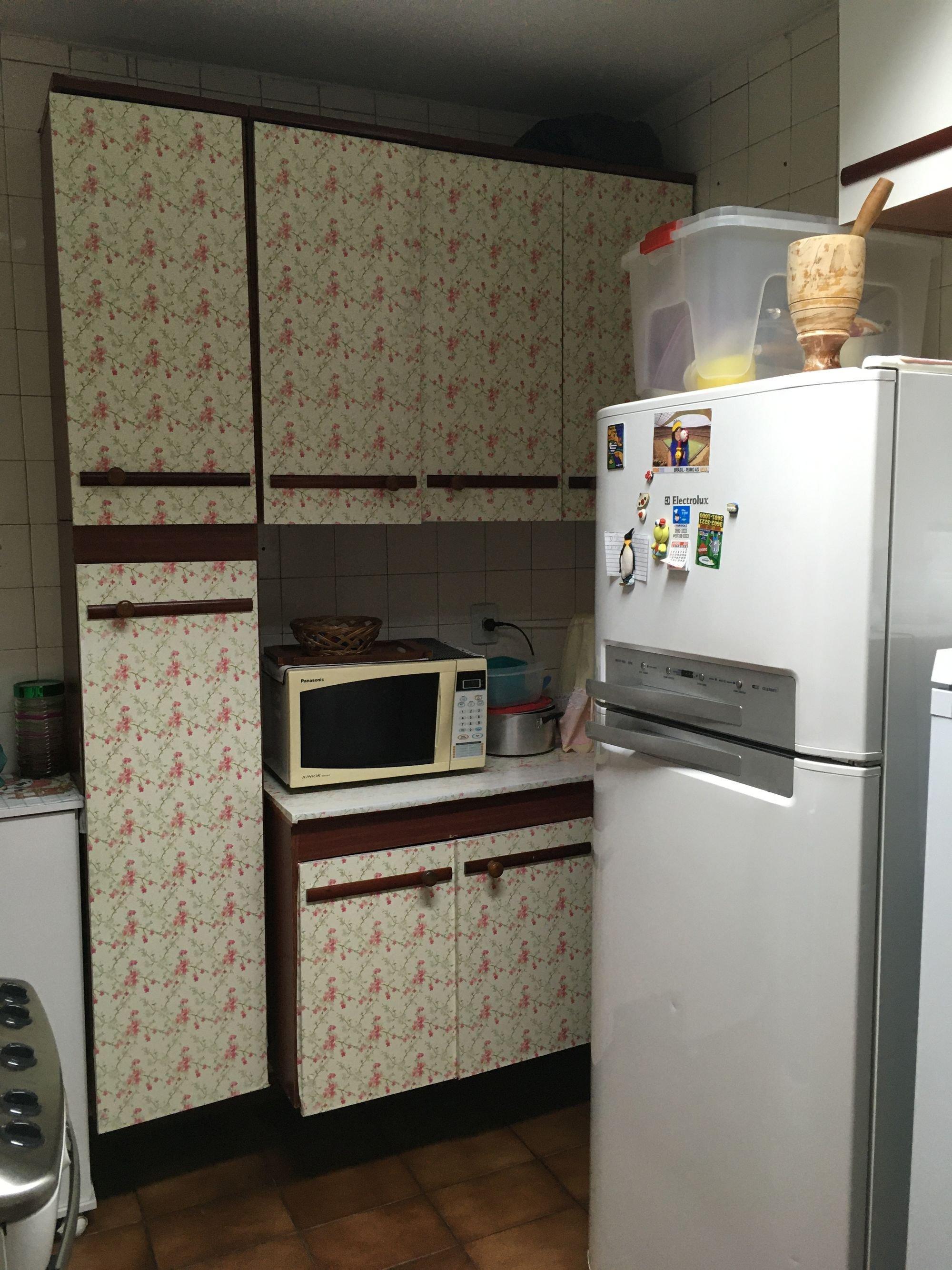 Foto de Cozinha com tigela, geladeira, microondas