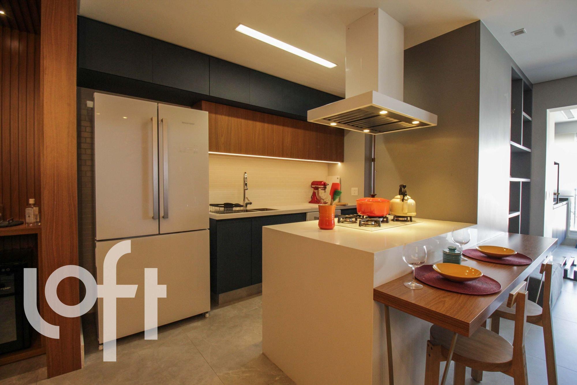 Foto de Cozinha com copo de vinho, garrafa, tigela, geladeira, mesa de jantar, xícara