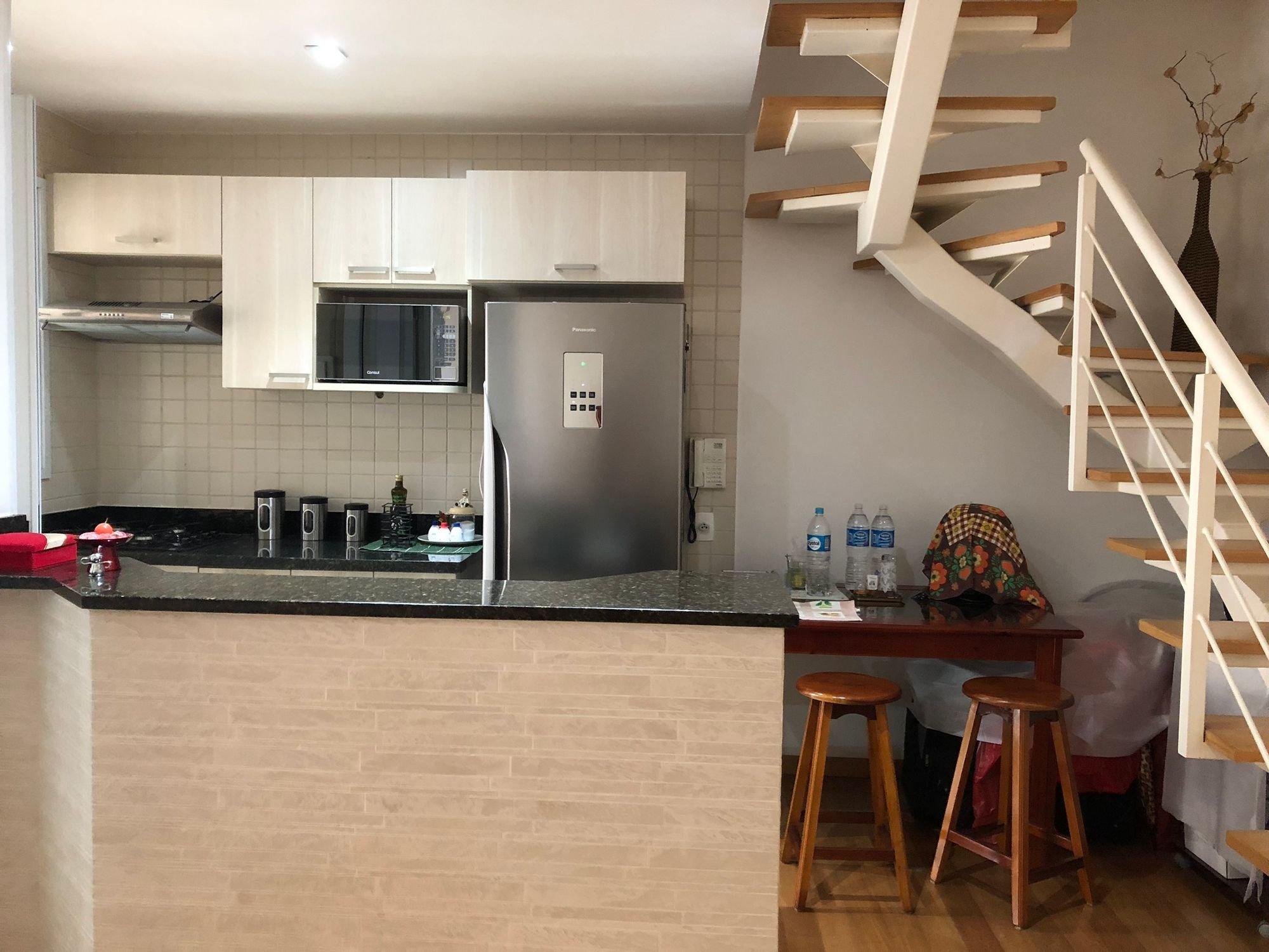 Foto de Cozinha com garrafa, geladeira, cadeira, xícara