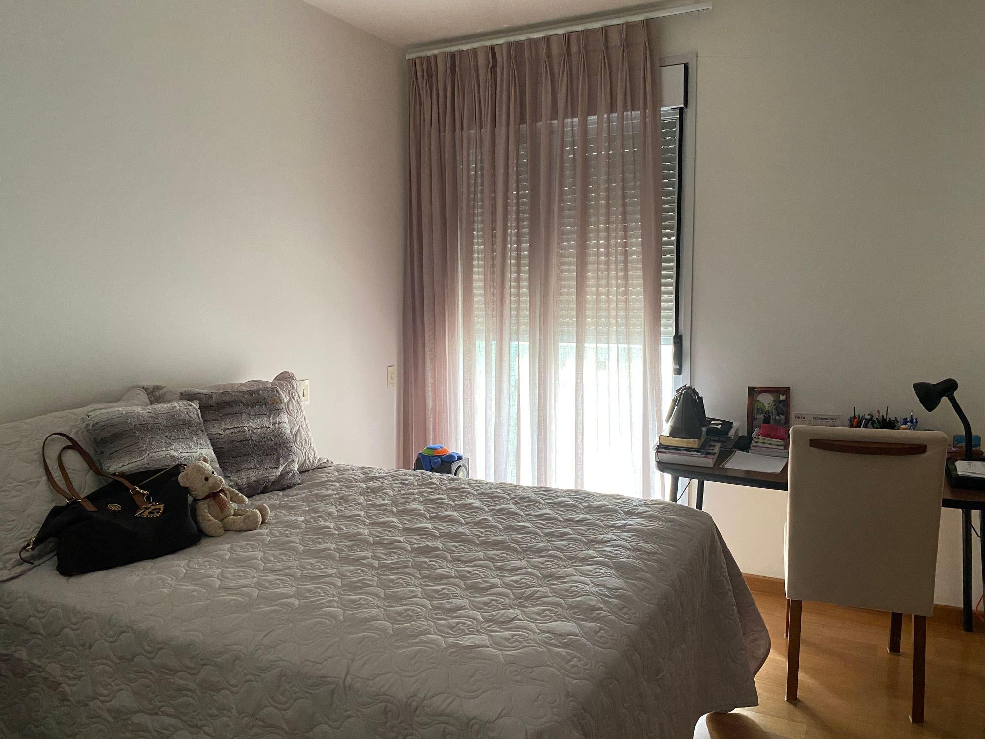 Foto de Quarto com cama, bolsa, cadeira