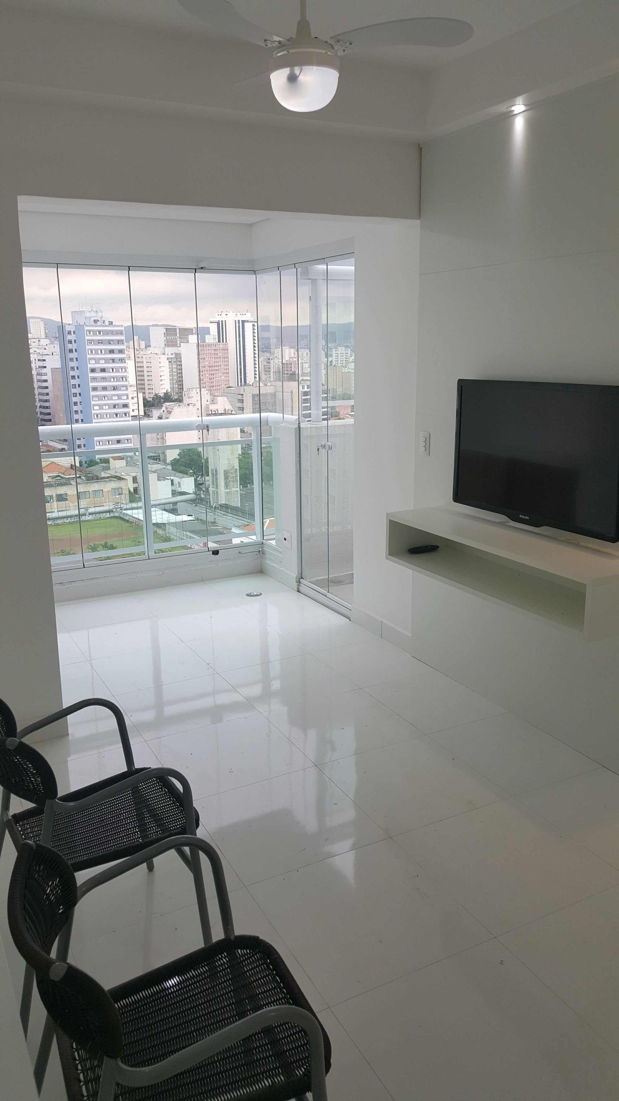 Foto de Sala com banco, televisão