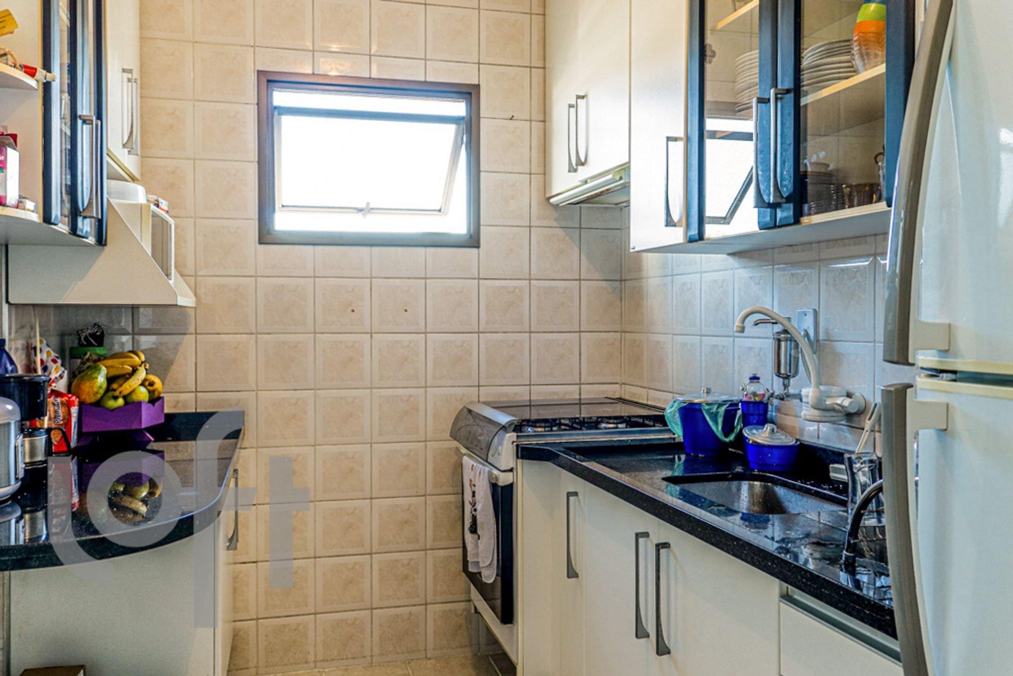Foto de Cozinha com garrafa, forno, tigela, geladeira, pia