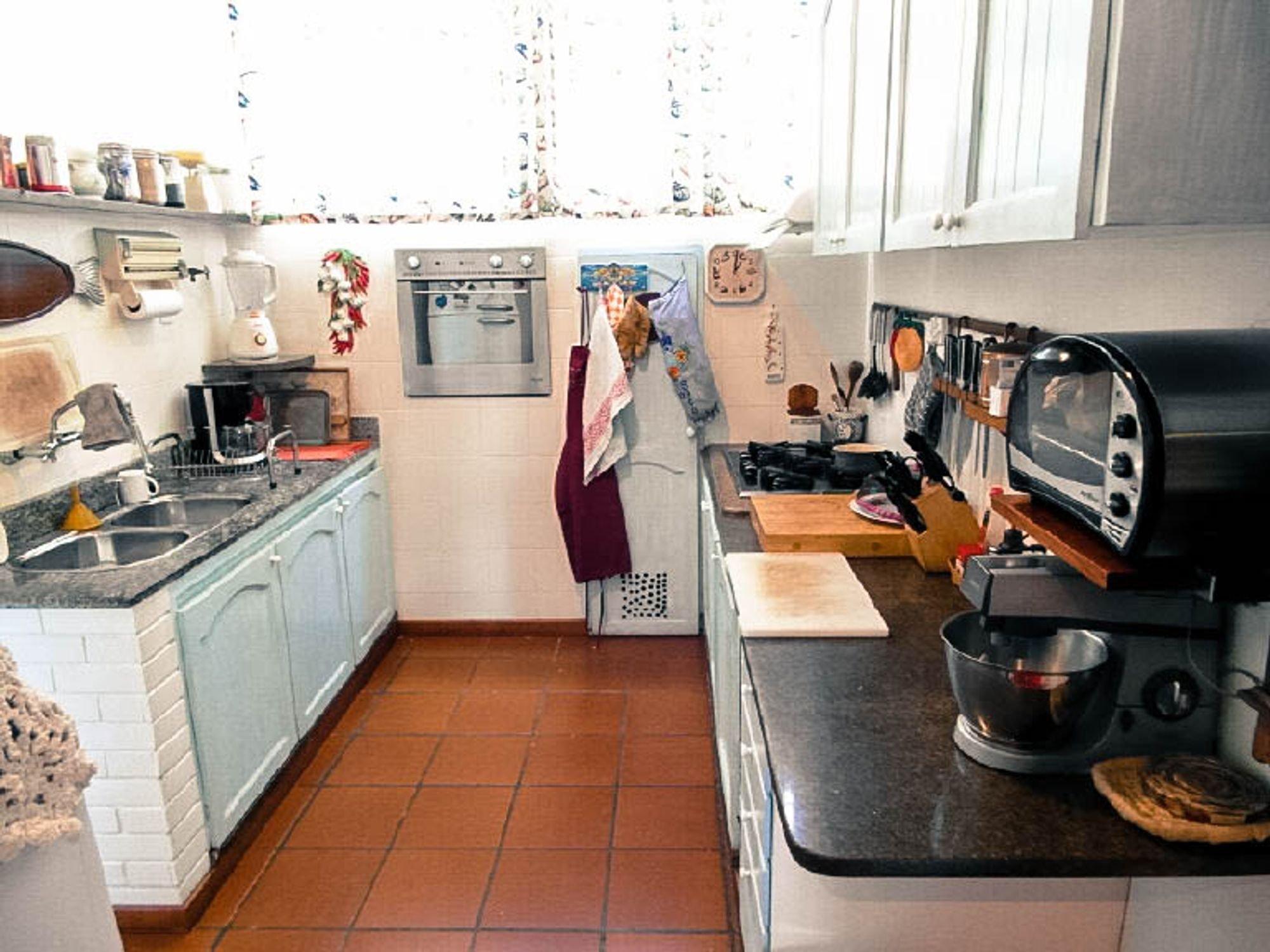 Foto de Cozinha com tigela, pia, xícara