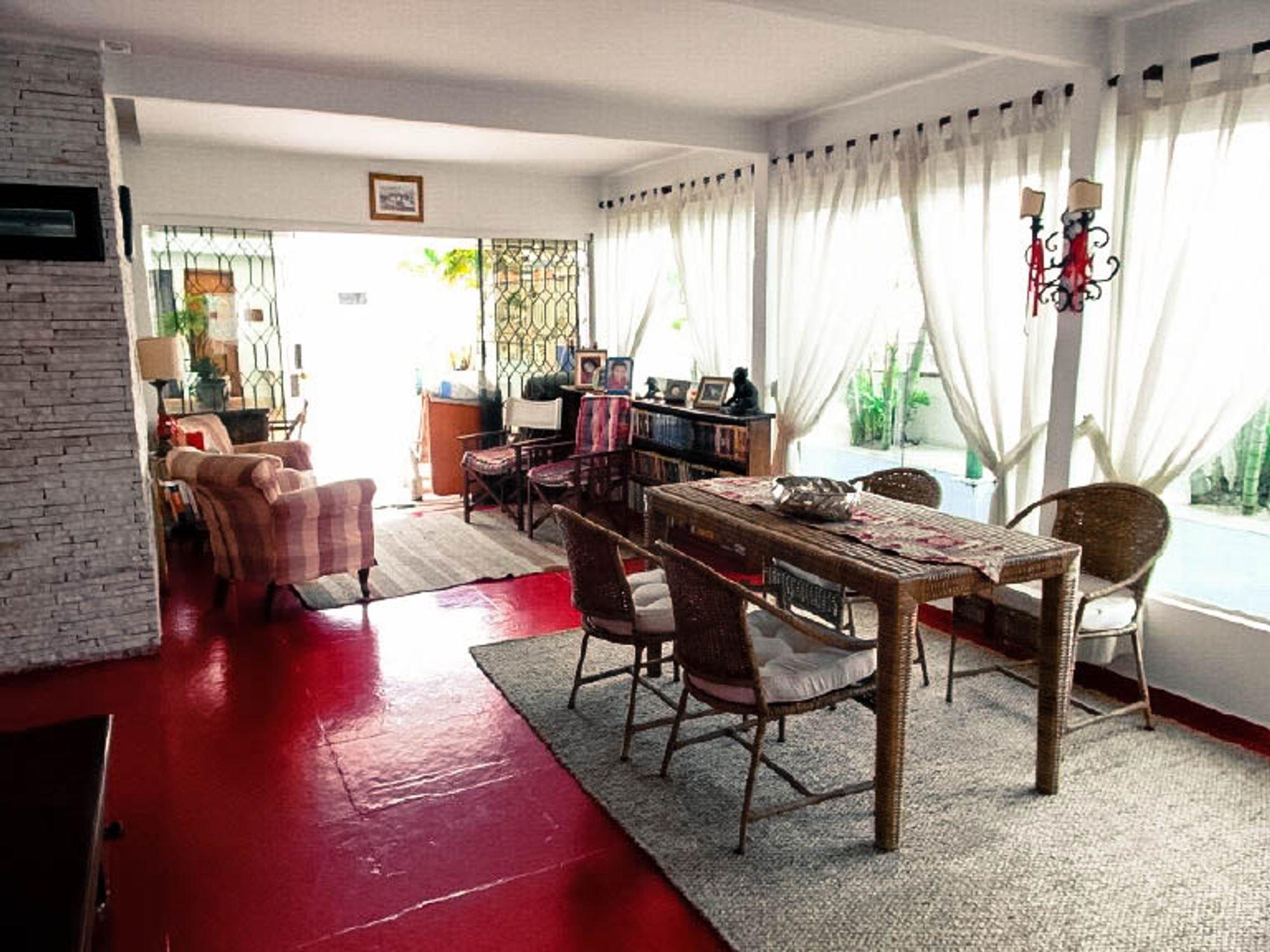 Foto de Sala com vaso de planta, tigela, cadeira, livro, mesa de jantar