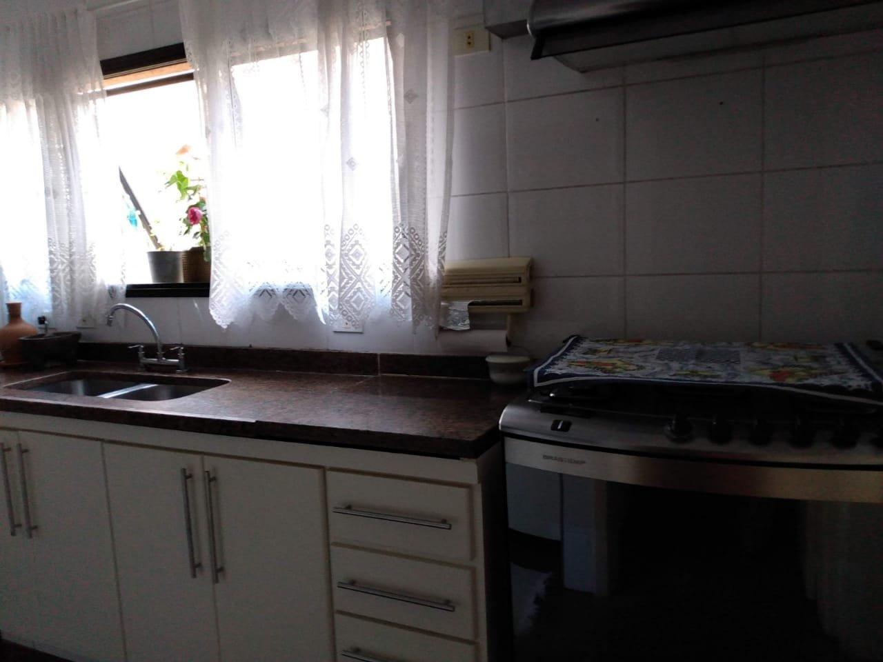 Foto de Cozinha com vaso de planta, garrafa, forno, pia