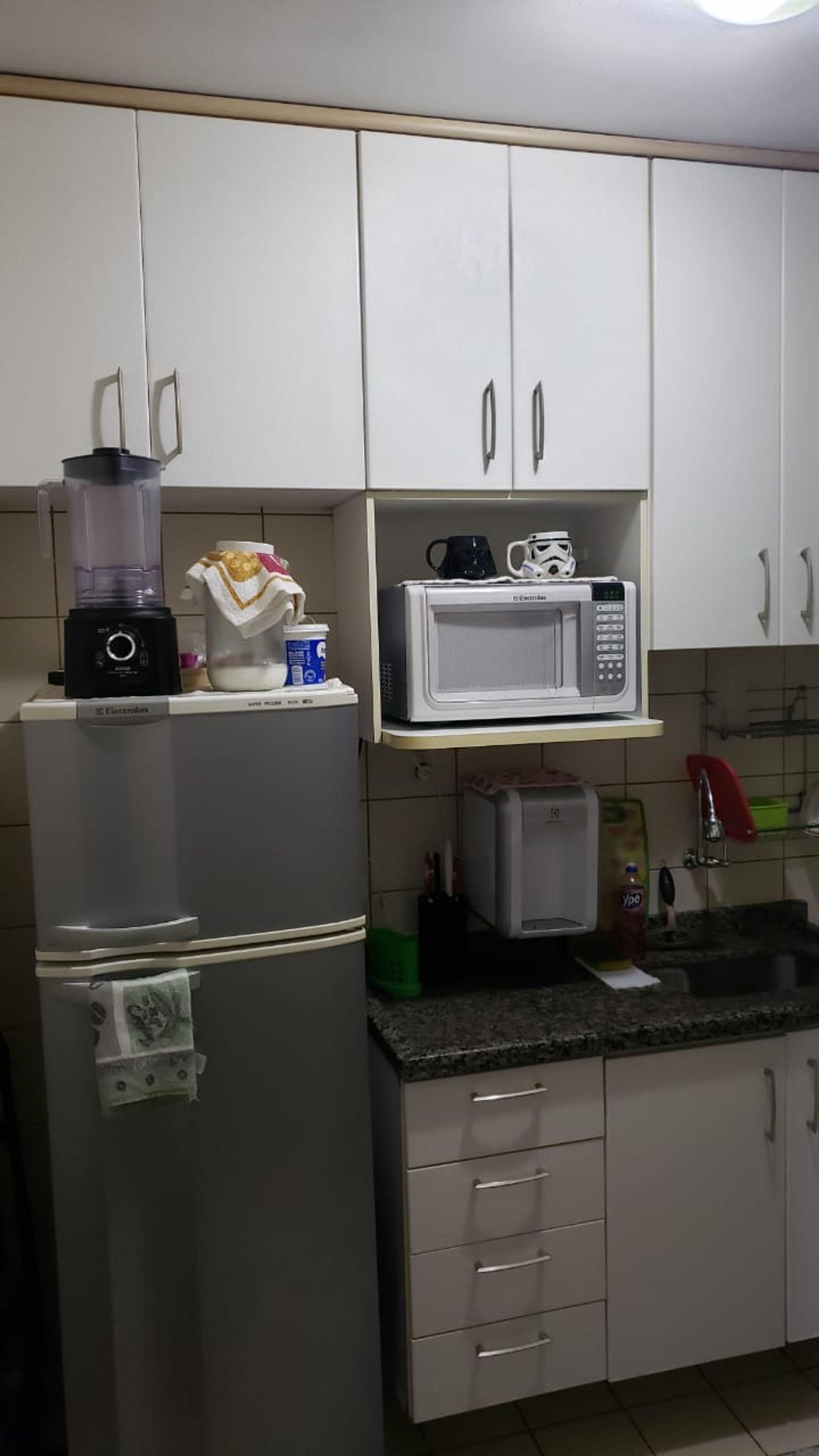 Foto de Cozinha com geladeira, microondas