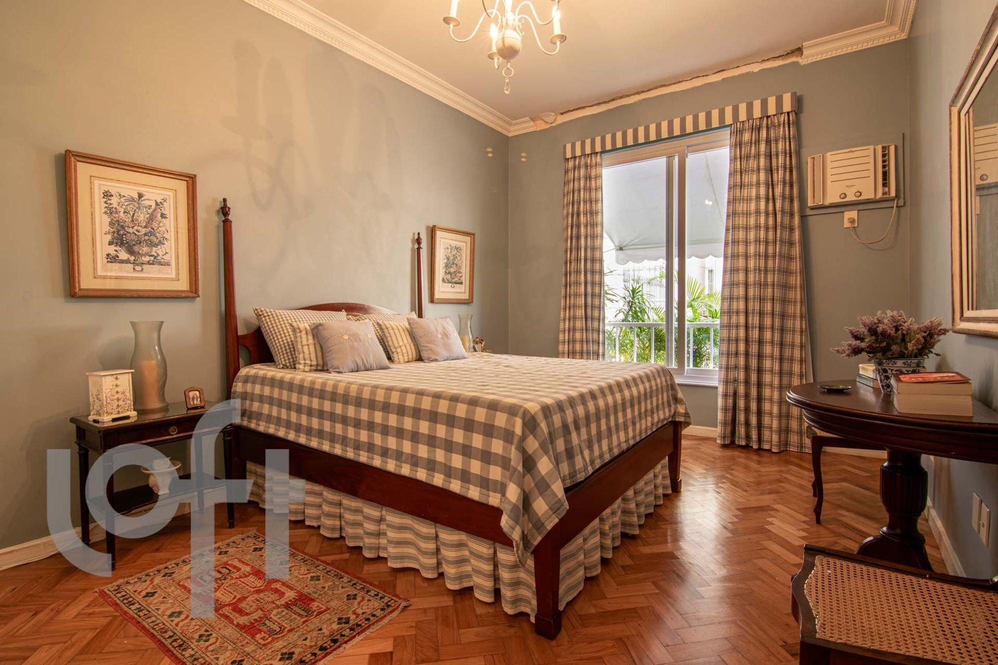 Foto de Quarto com cama, vaso de planta, vaso, celular, cadeira