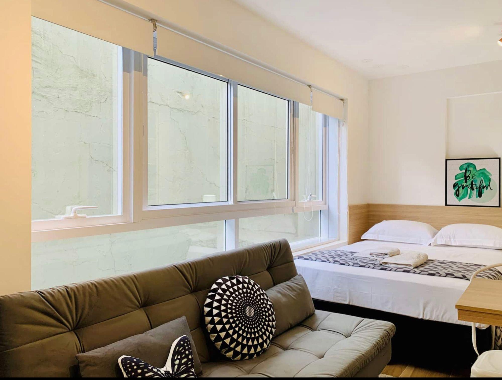 Foto de Quarto com cama, sofá
