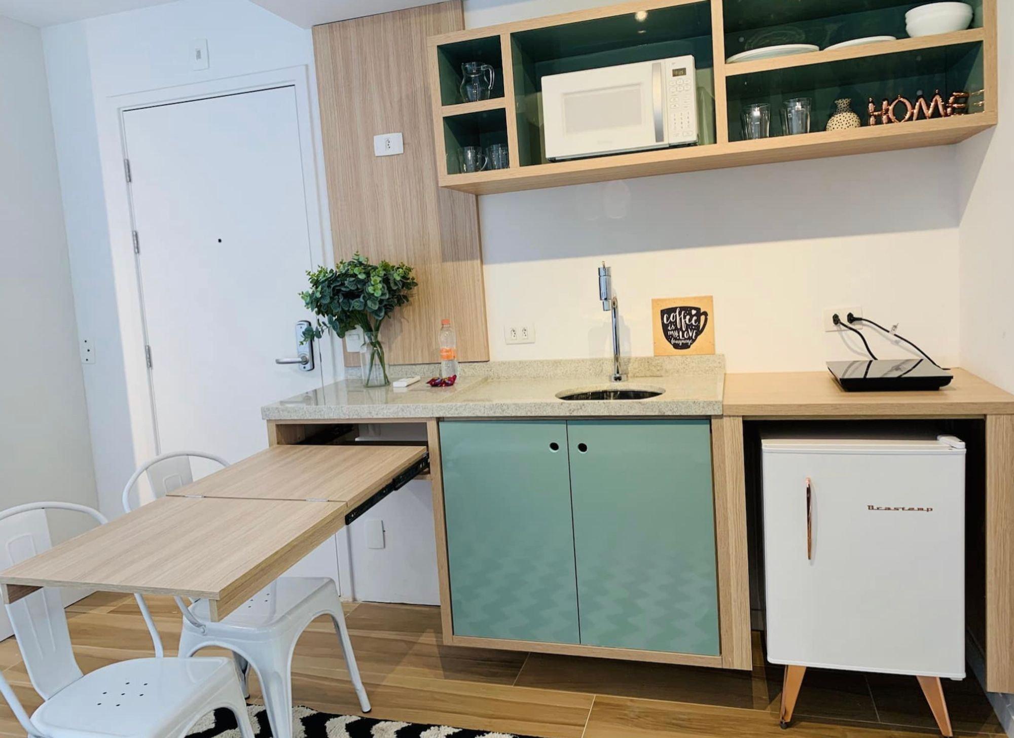 Foto de Cozinha com vaso de planta, cadeira, pia, vaso, garrafa, tigela, xícara