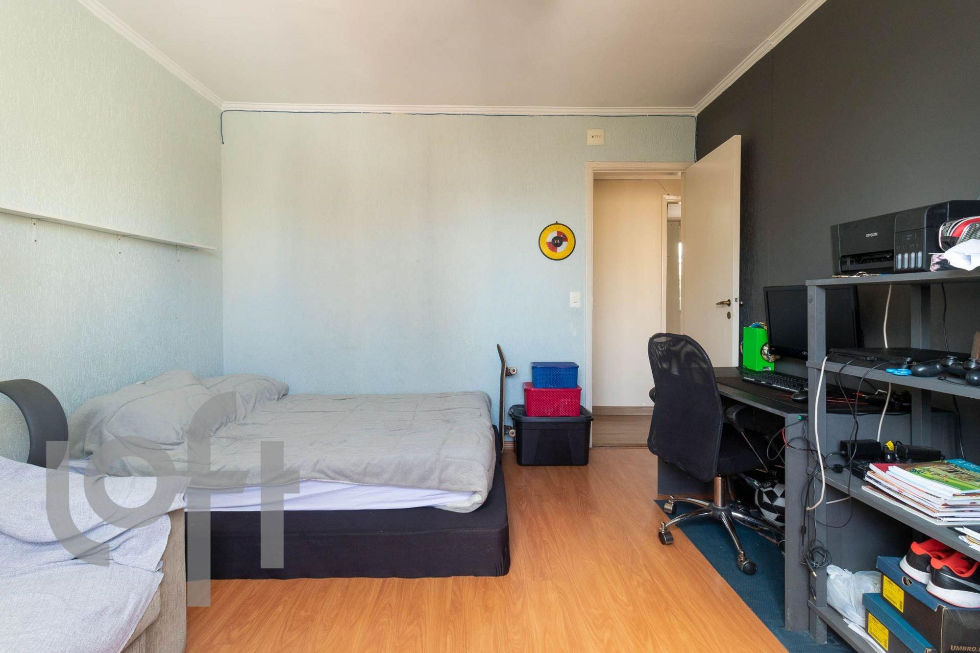 Foto de Quarto com cama, teclado, cadeira, livro