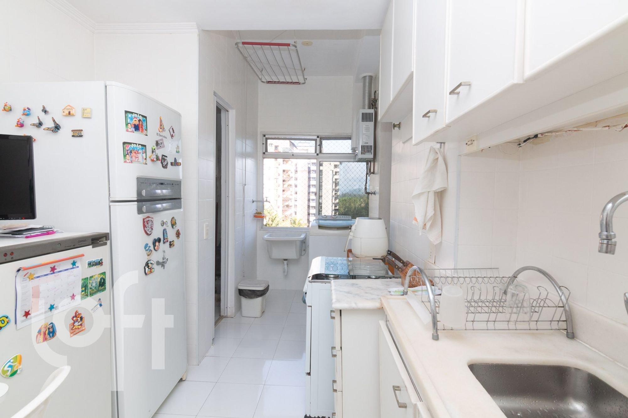 Foto de Cozinha com geladeira, televisão, pia