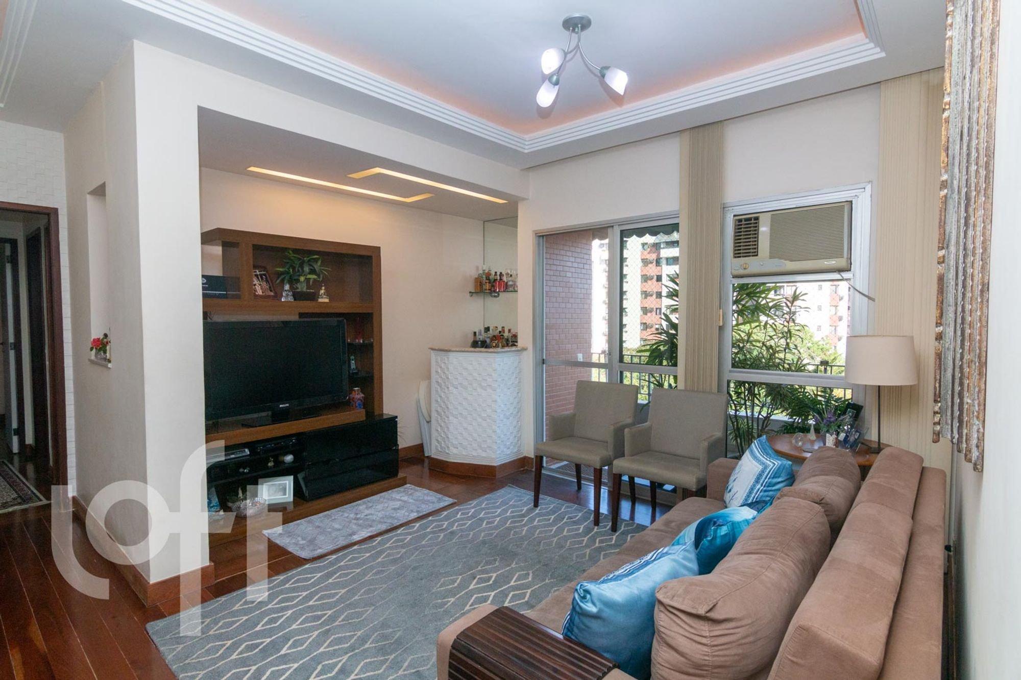 Foto de Sala com vaso de planta, sofá, televisão, cadeira