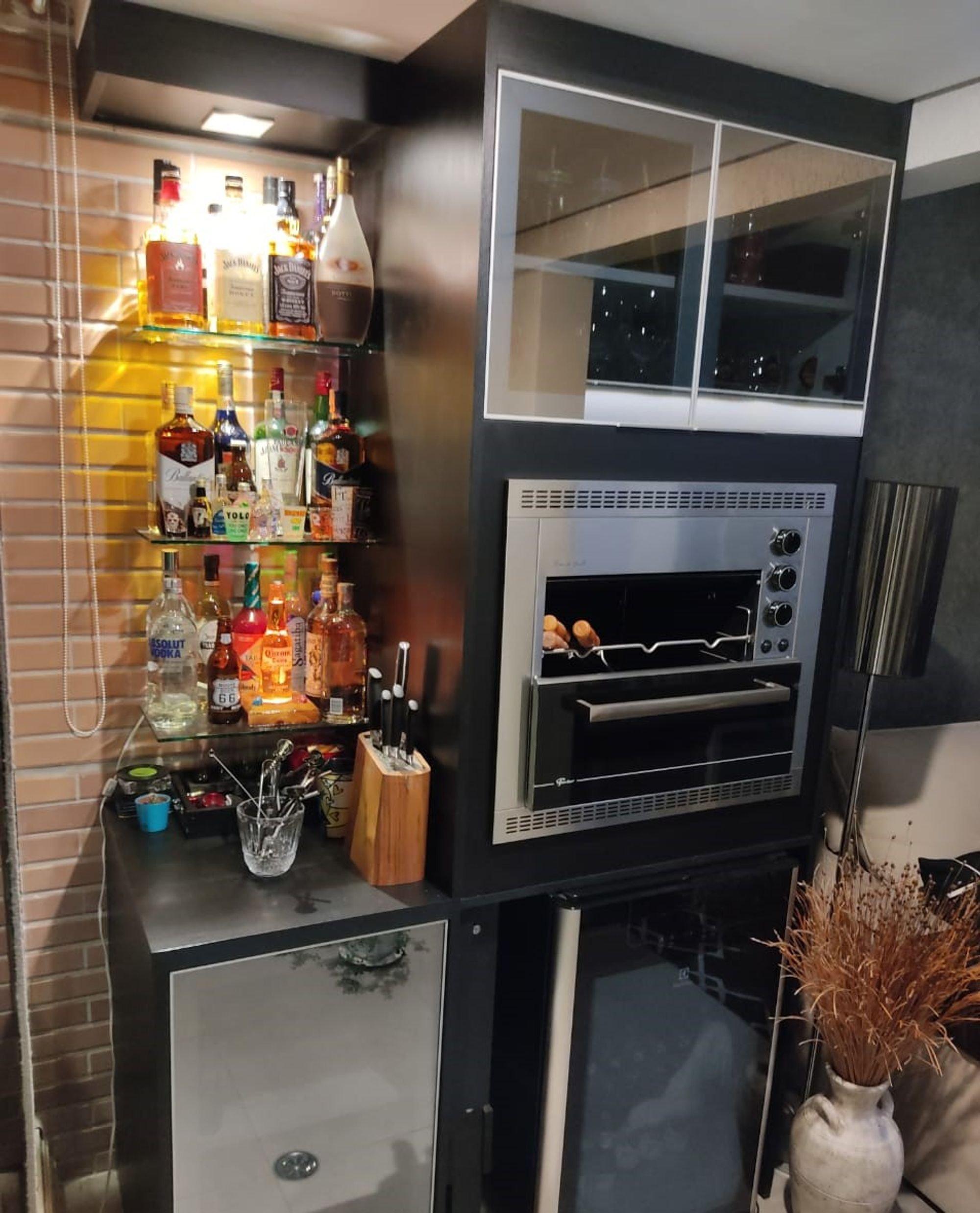 Foto de Cozinha com vaso, garrafa, forno, xícara