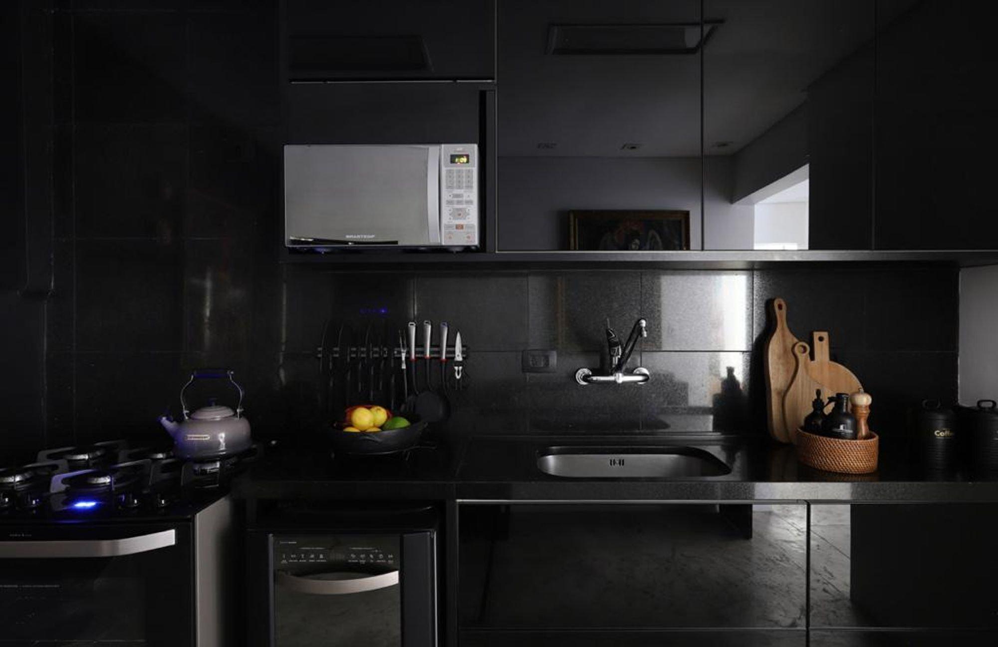 Foto de Cozinha com forno, tigela, pia, microondas