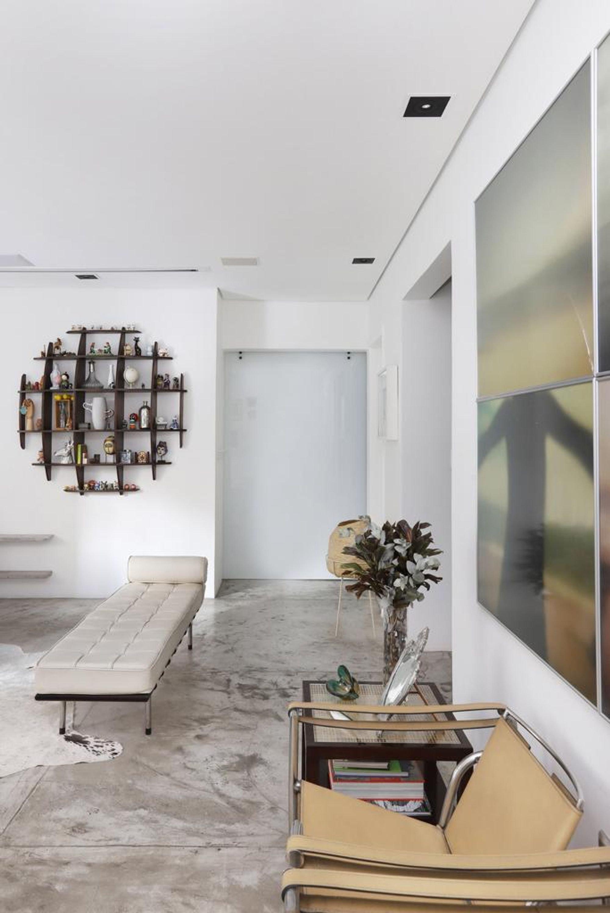 Foto de Sala com banco, vaso, cadeira