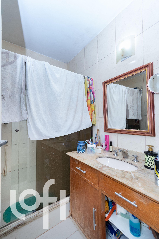 Foto de Banheiro com escova de dente, pia