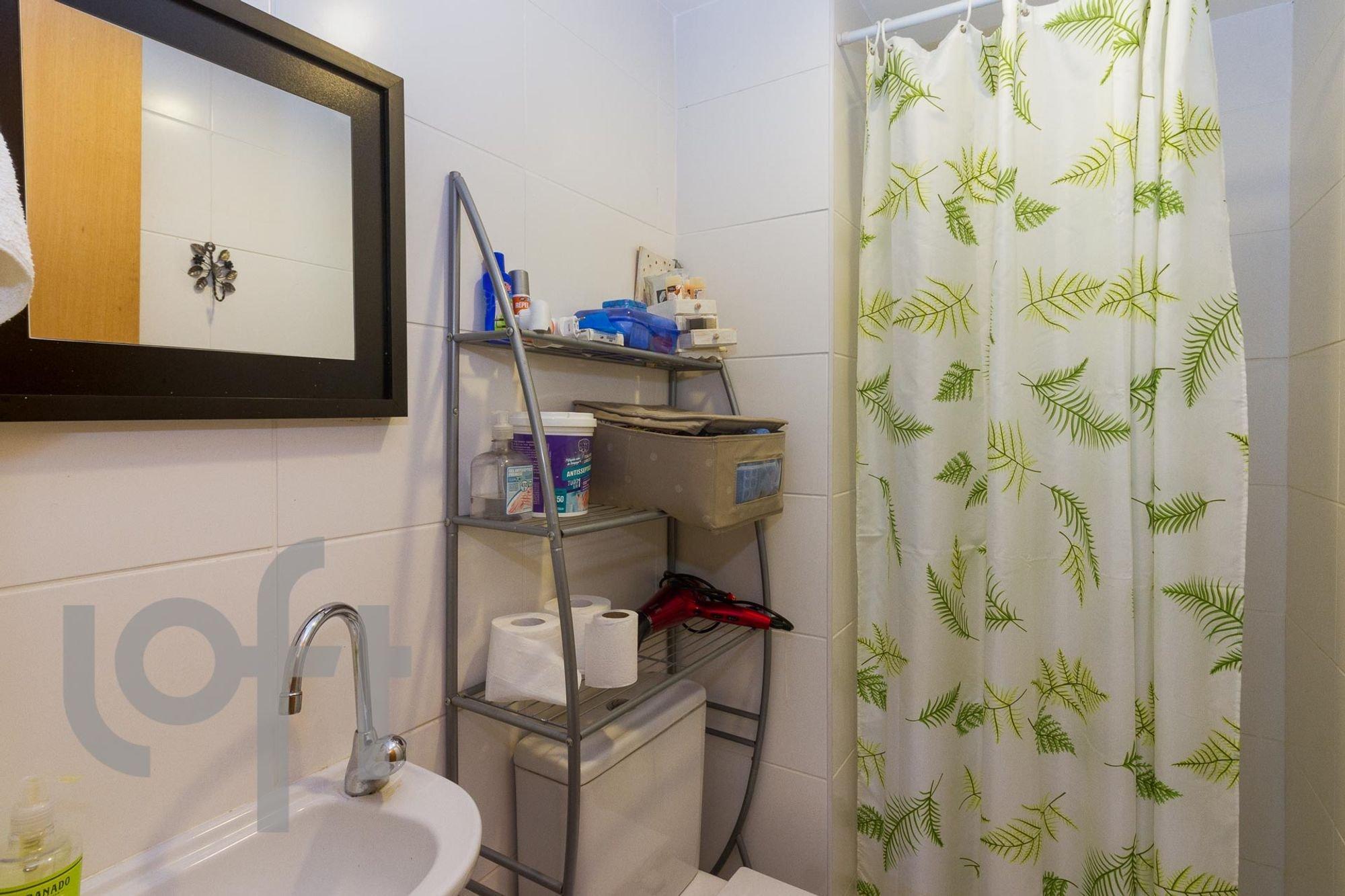 Foto de Banheiro com televisão, garrafa