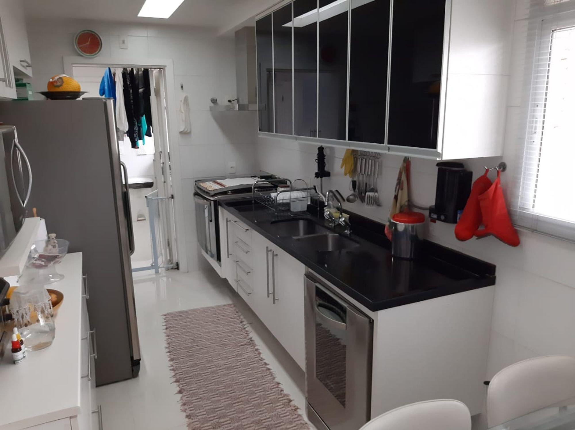 Foto de Cozinha com tigela, geladeira, relógio