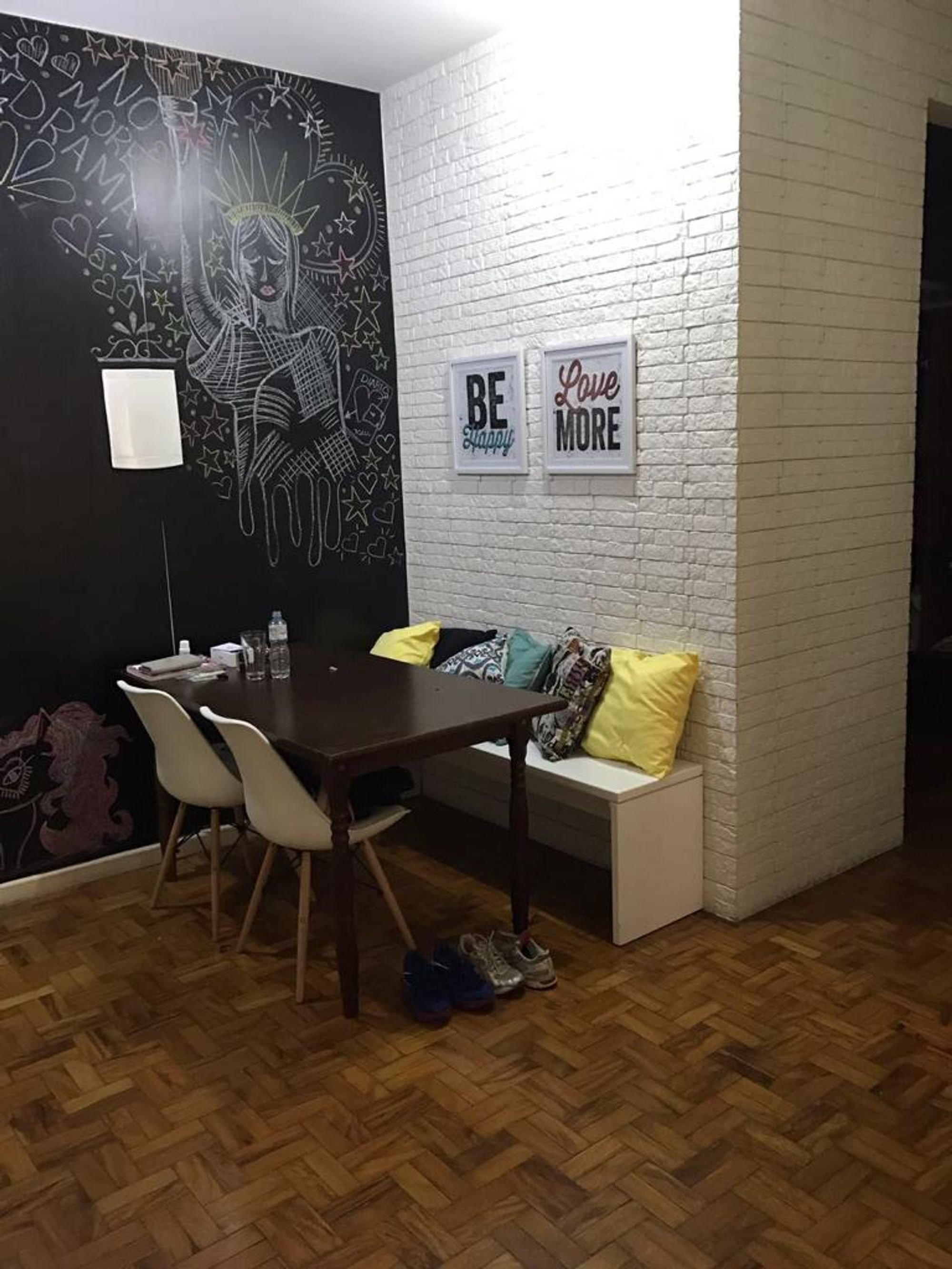 Foto de Sala com banco, cadeira, mesa de jantar, xícara
