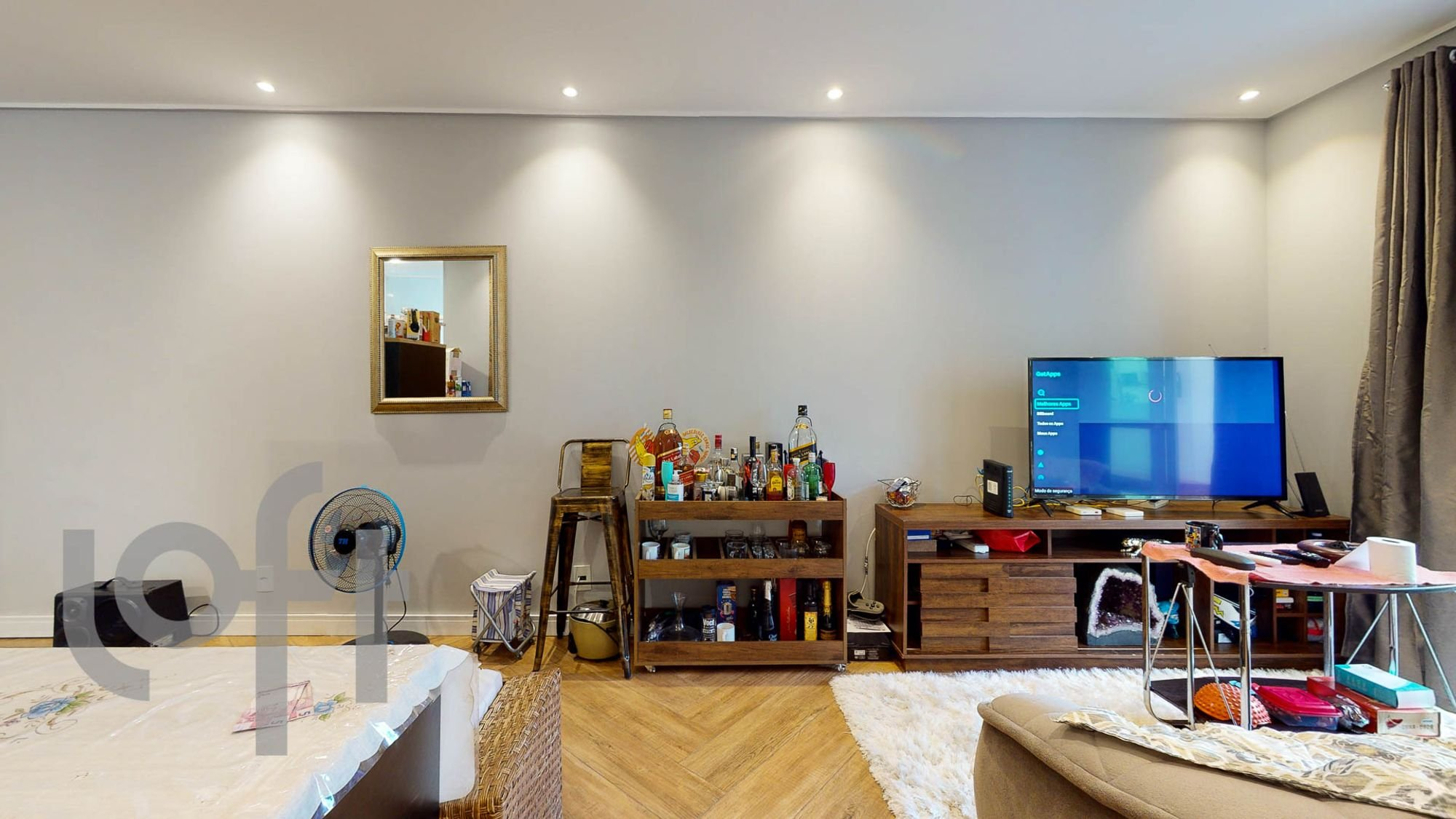 Foto de Sala com televisão, garrafa, mesa de jantar