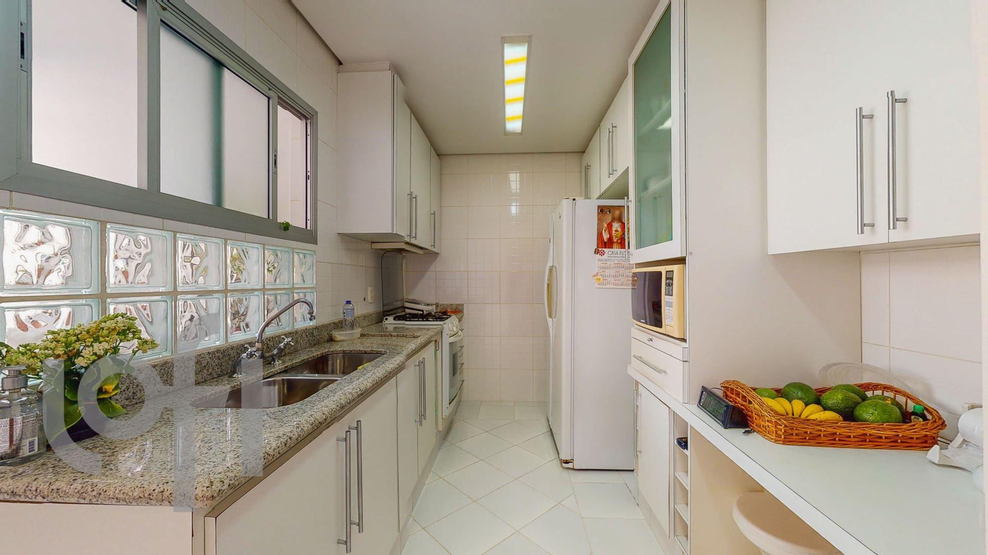 Foto de Cozinha com vaso de planta, garrafa, geladeira, pia, microondas