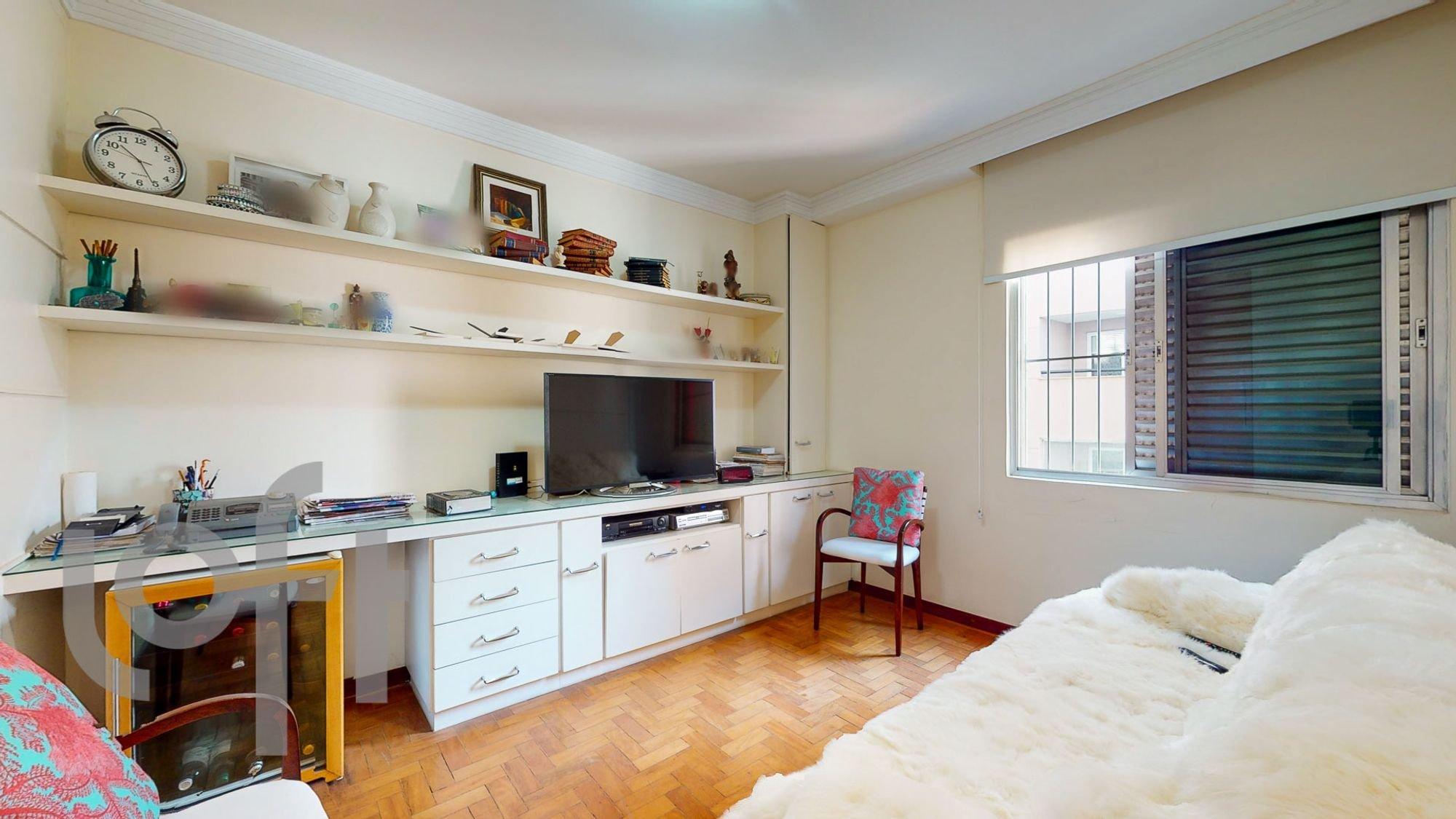 Foto de Cozinha com cama, televisão, vaso, relógio, cadeira