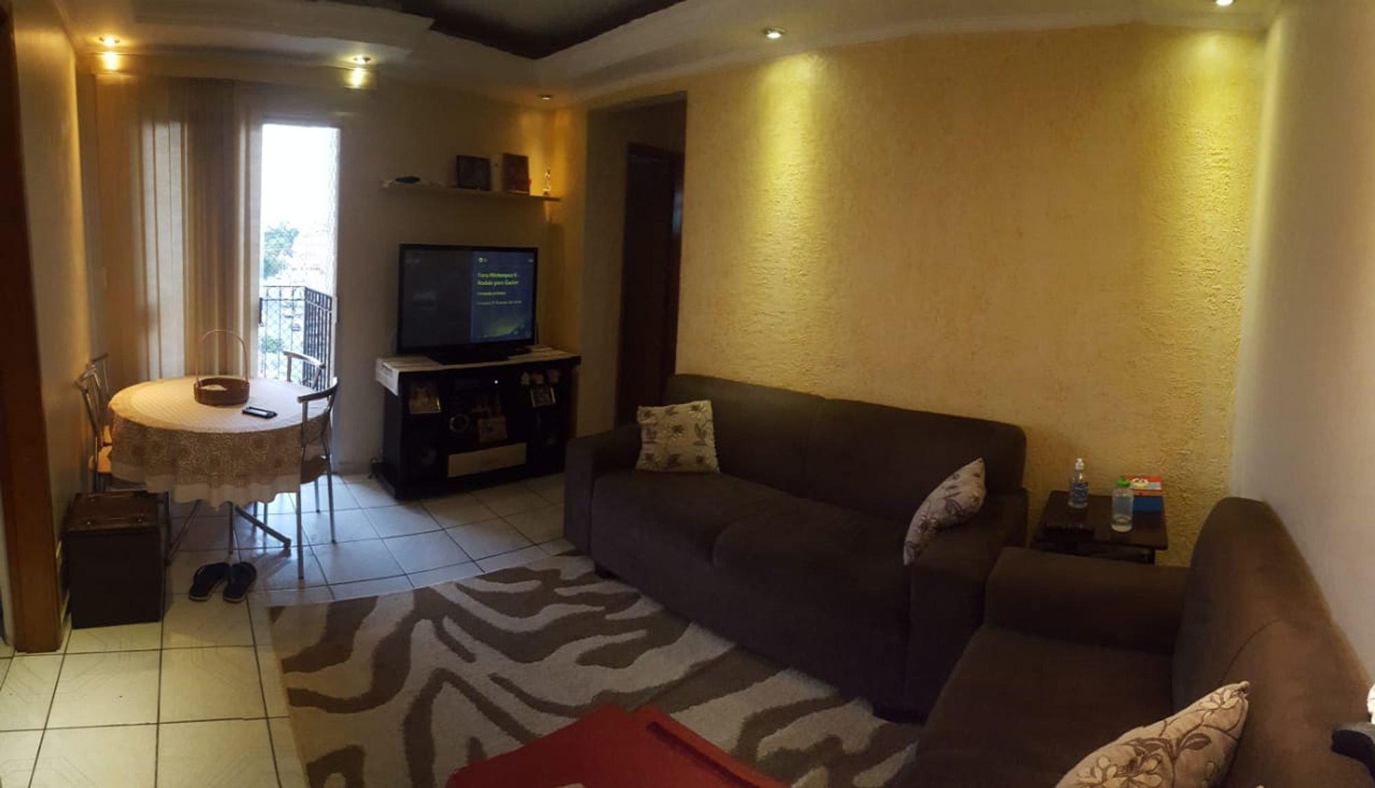Foto de Sala com sofá, televisão, garrafa, mesa de jantar