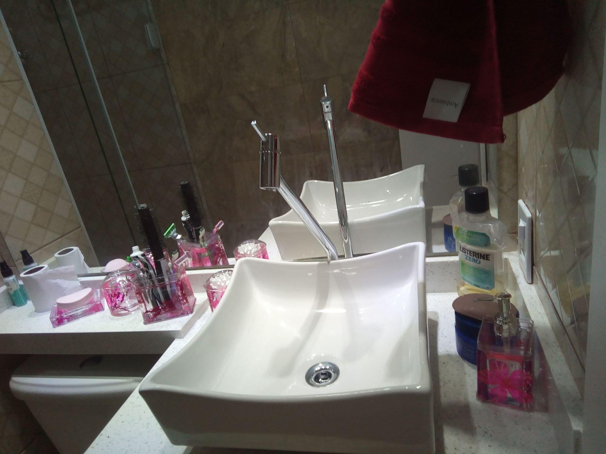 Foto de Lavanderia com escova de dente, garrafa, pia, xícara