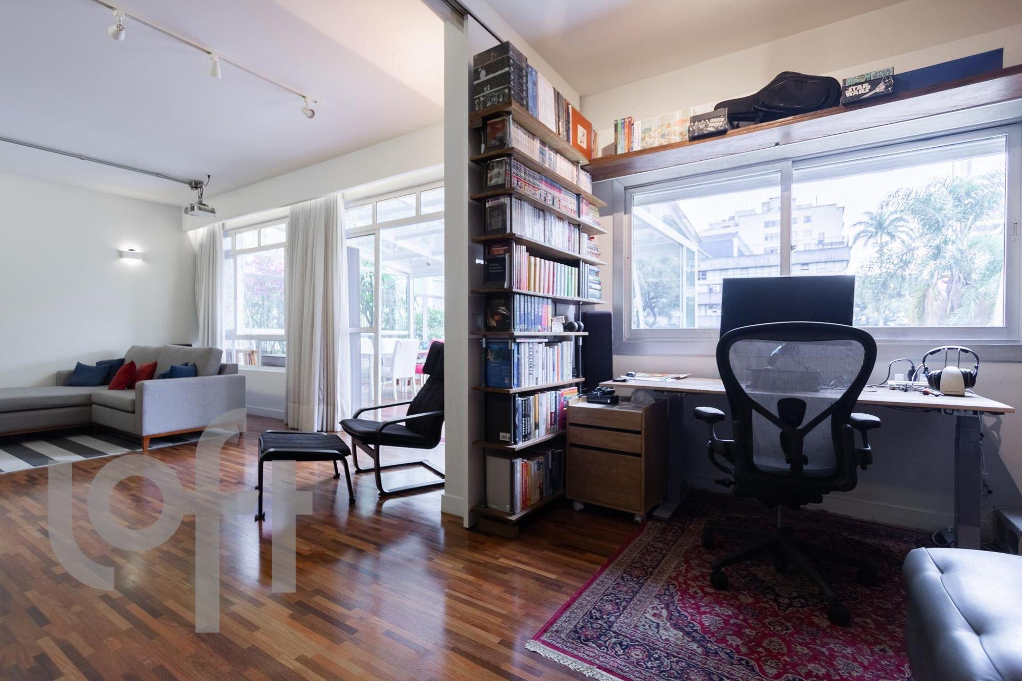 Foto de Sala com sofá, televisão, cadeira, livro