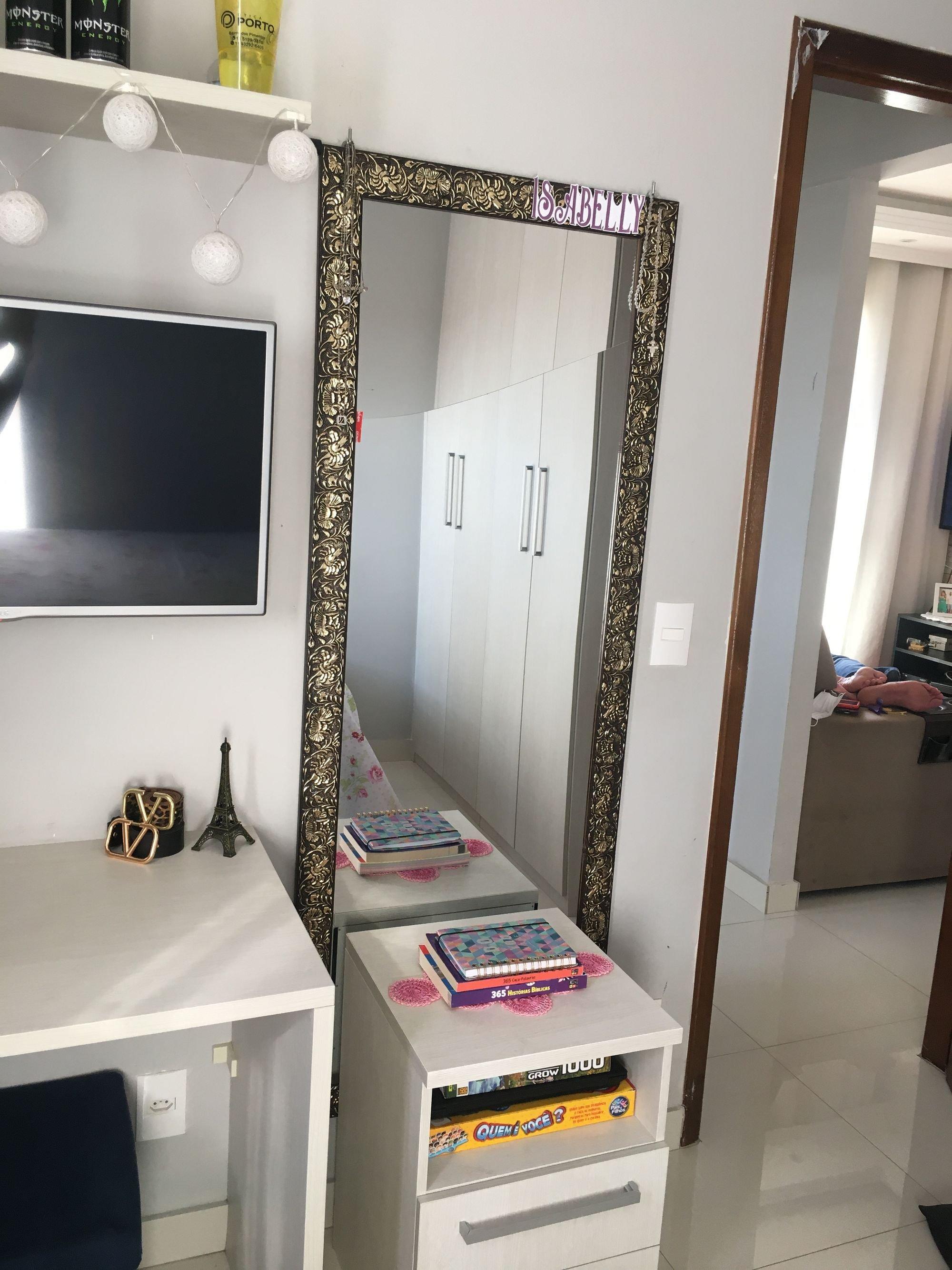 Foto de Sala com televisão, cadeira, livro, xícara