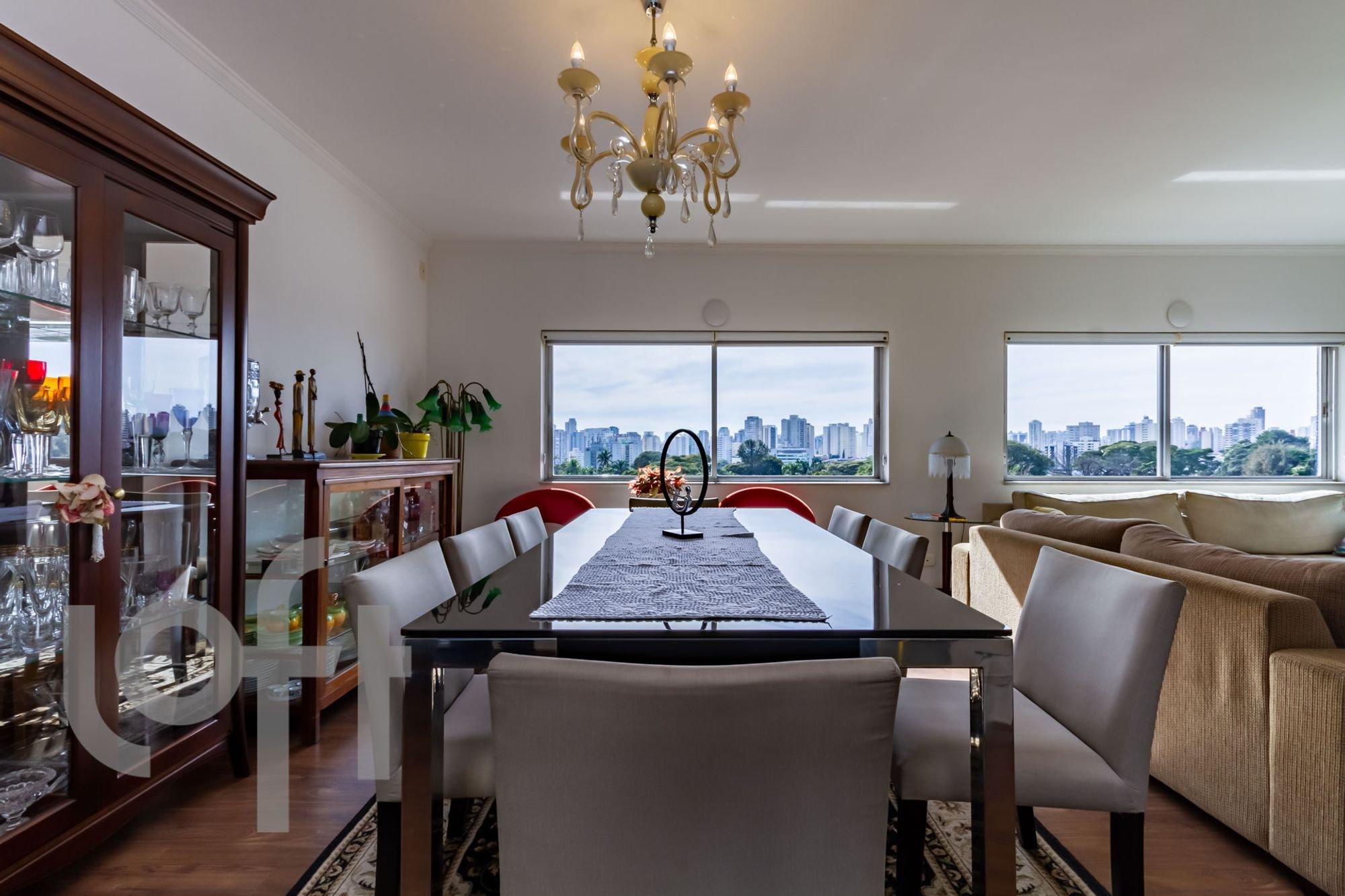 Foto de Sala com copo de vinho, sofá, relógio, cadeira, mesa de jantar