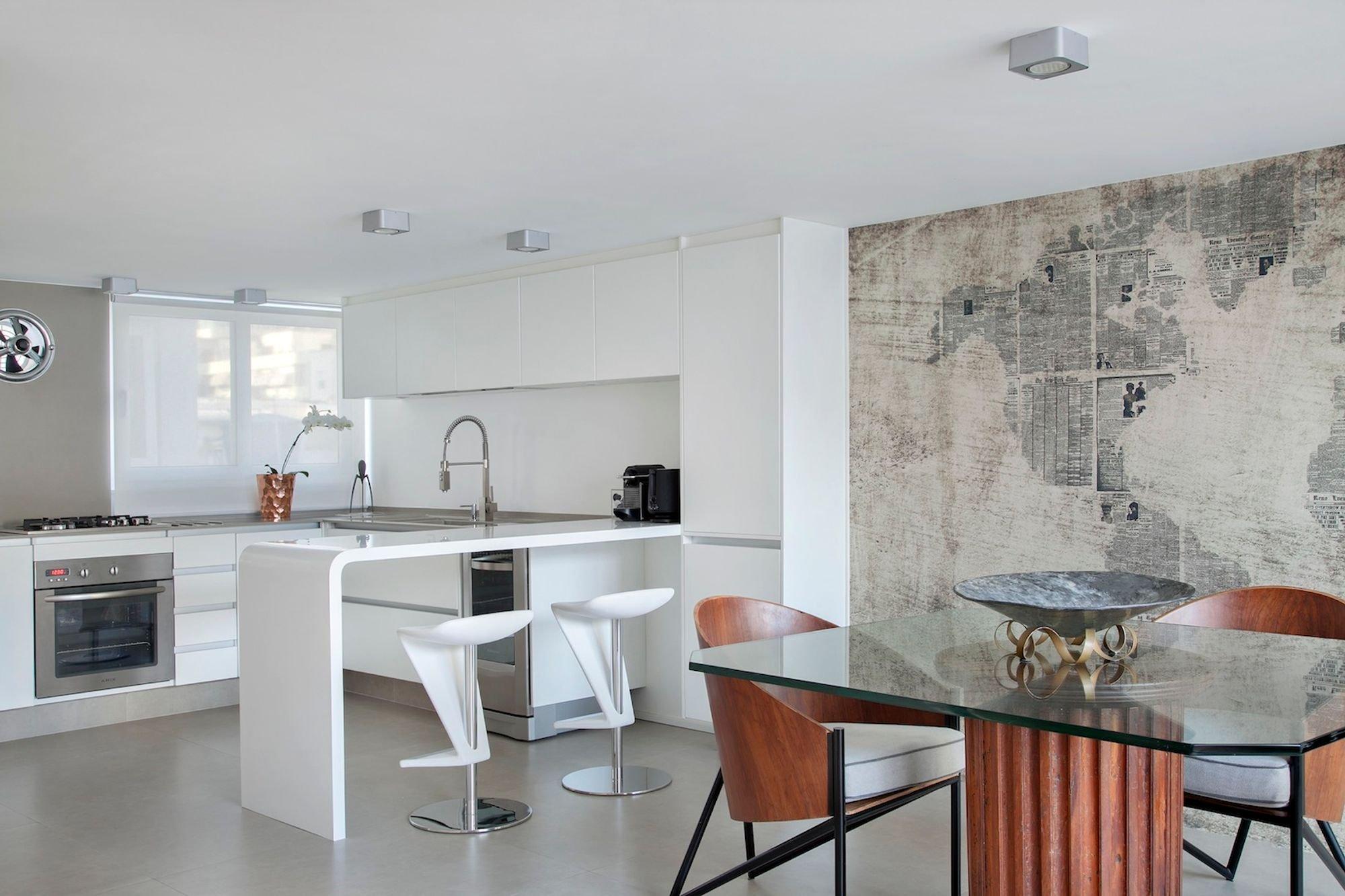 Foto de Sala com forno, pia, cadeira, mesa de jantar, vaso, relógio, microondas
