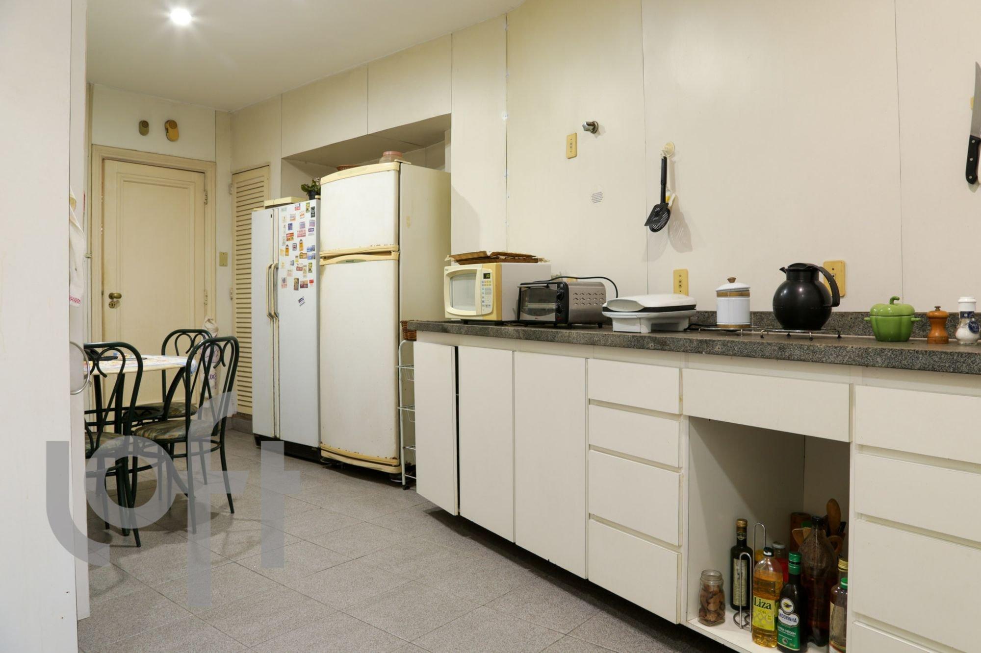 Foto de Cozinha com vaso, garrafa, geladeira, cadeira, microondas