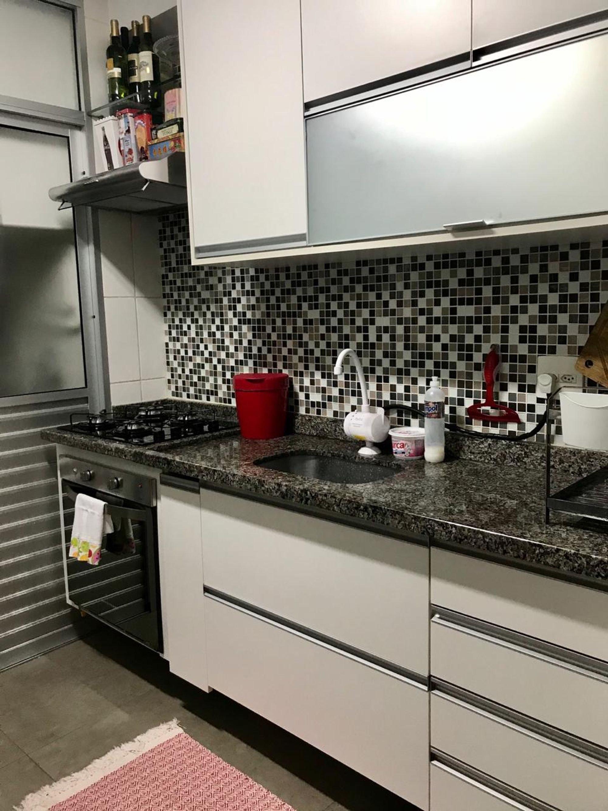 Foto de Cozinha com forno, garrafa, xícara