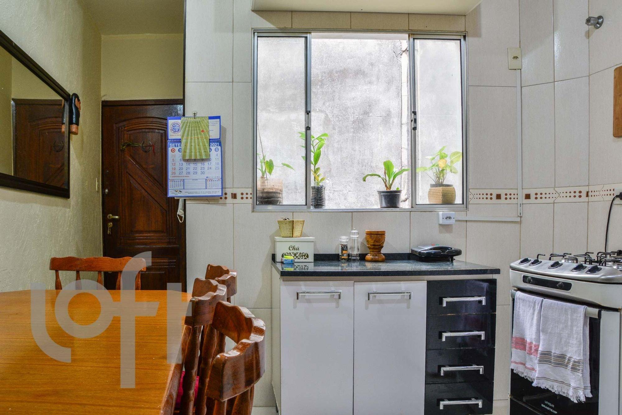 Foto de Cozinha com garrafa, geladeira, cadeira, pia, mesa de jantar, xícara