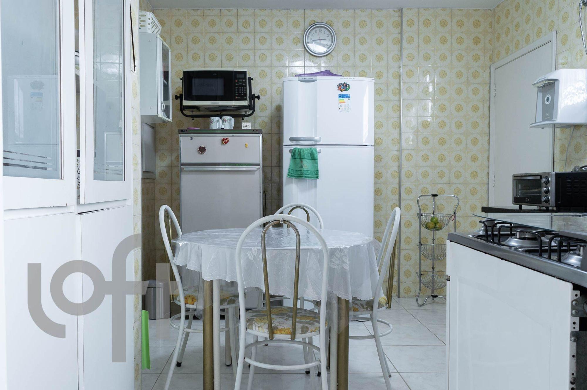 Foto de Cozinha com relógio, geladeira, cadeira, microondas, mesa de jantar